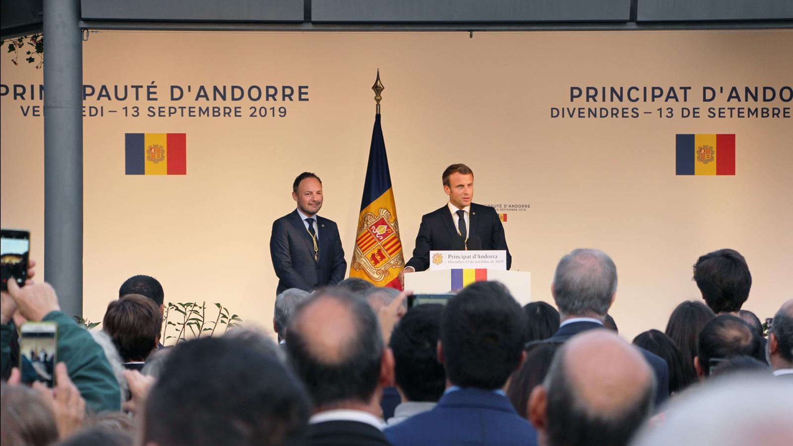 El copríncep francès Emmanuel Macron i el cap de Govern, Xavier Espot, durant el discurs celebrat a la plaça del Poble. / T. N. (ANA)