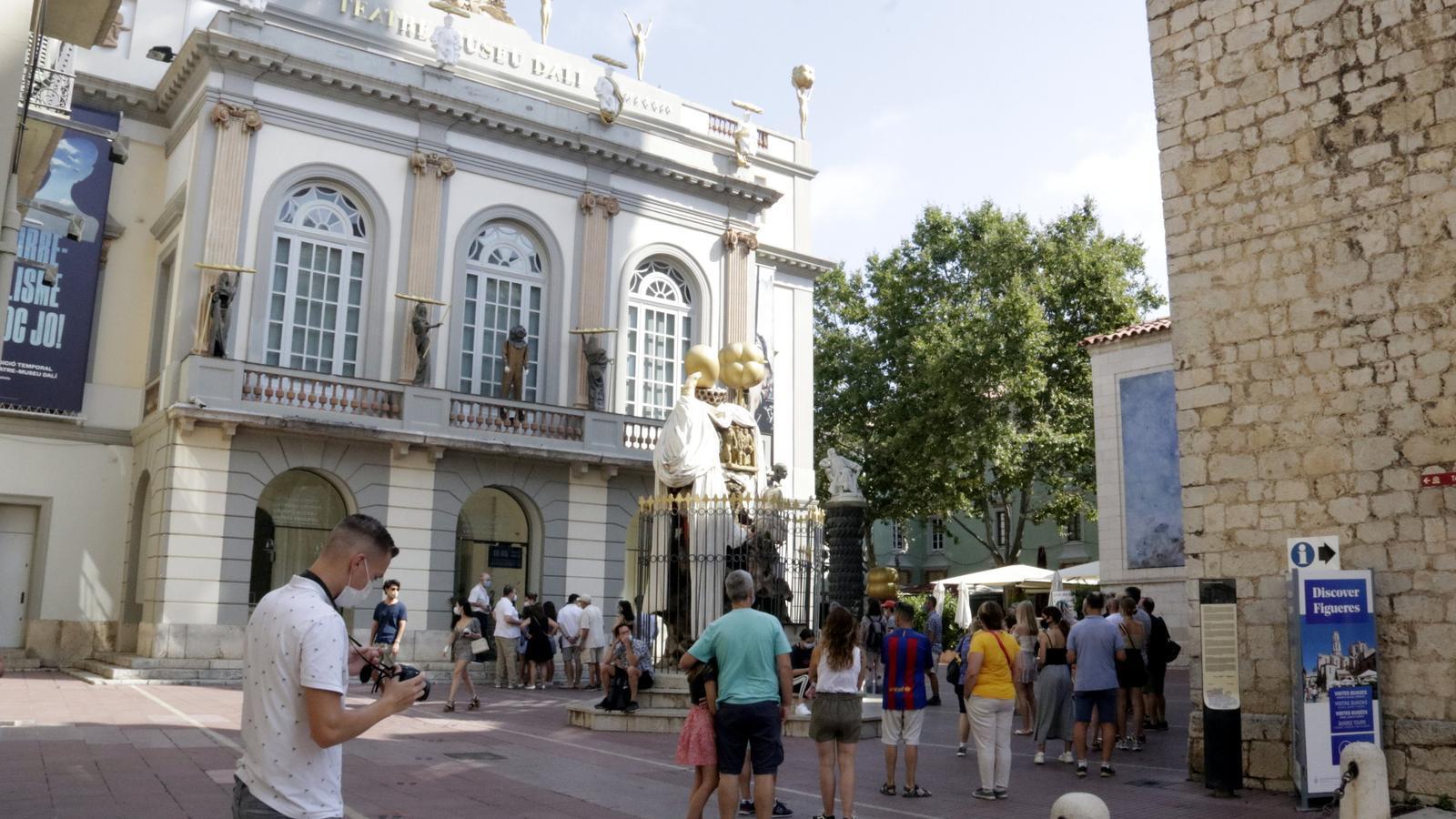 Cua per entrar al Museu Dalí de Figueres, el 21 de juliol.