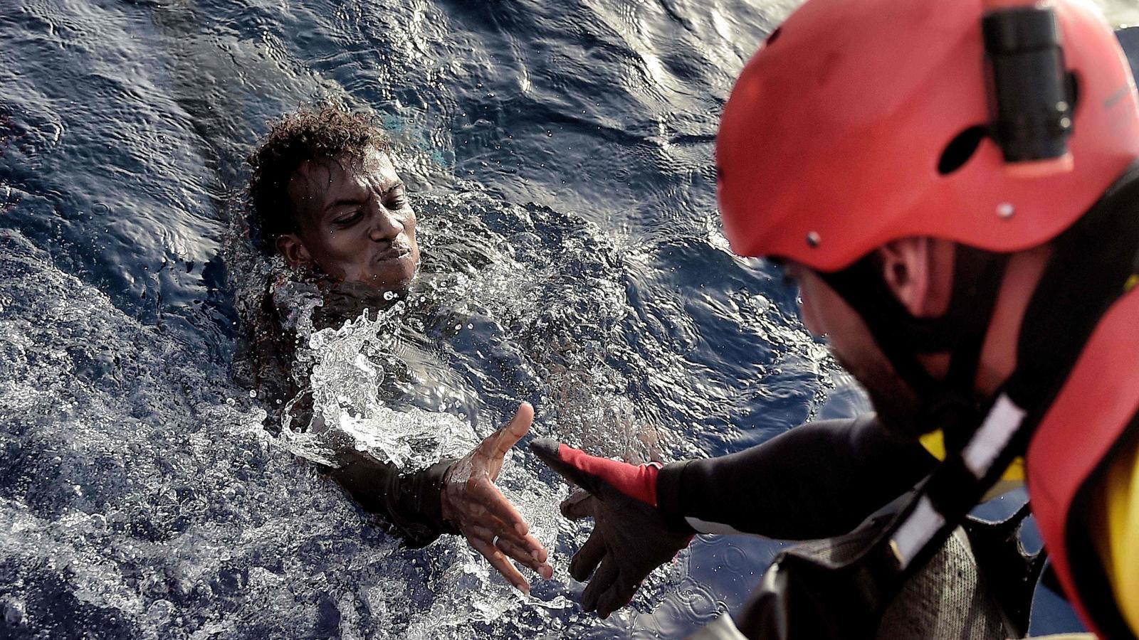 La ONG Proactiva Open Arms rescatant un immigrant que intentava creuar el mediterrani.