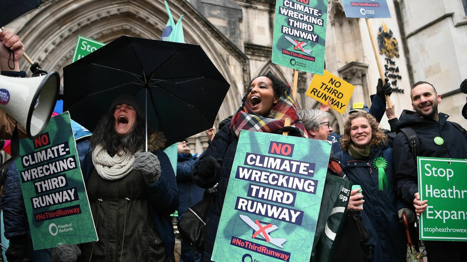 Els ecologistes celebren la decisió de davant de l'Alt Tribunal de Londres la paralització de la tercera pista de l'aeroport de Heathrow.