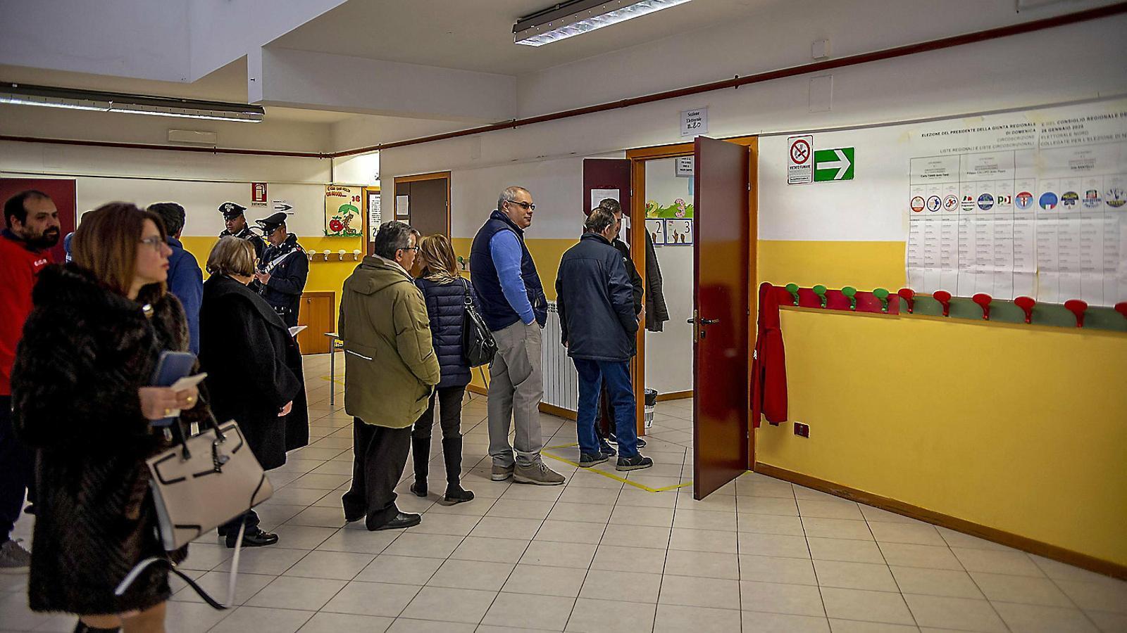 Cues de votants a Calàbria, l'altra regió que també anava a les urnes ahir.