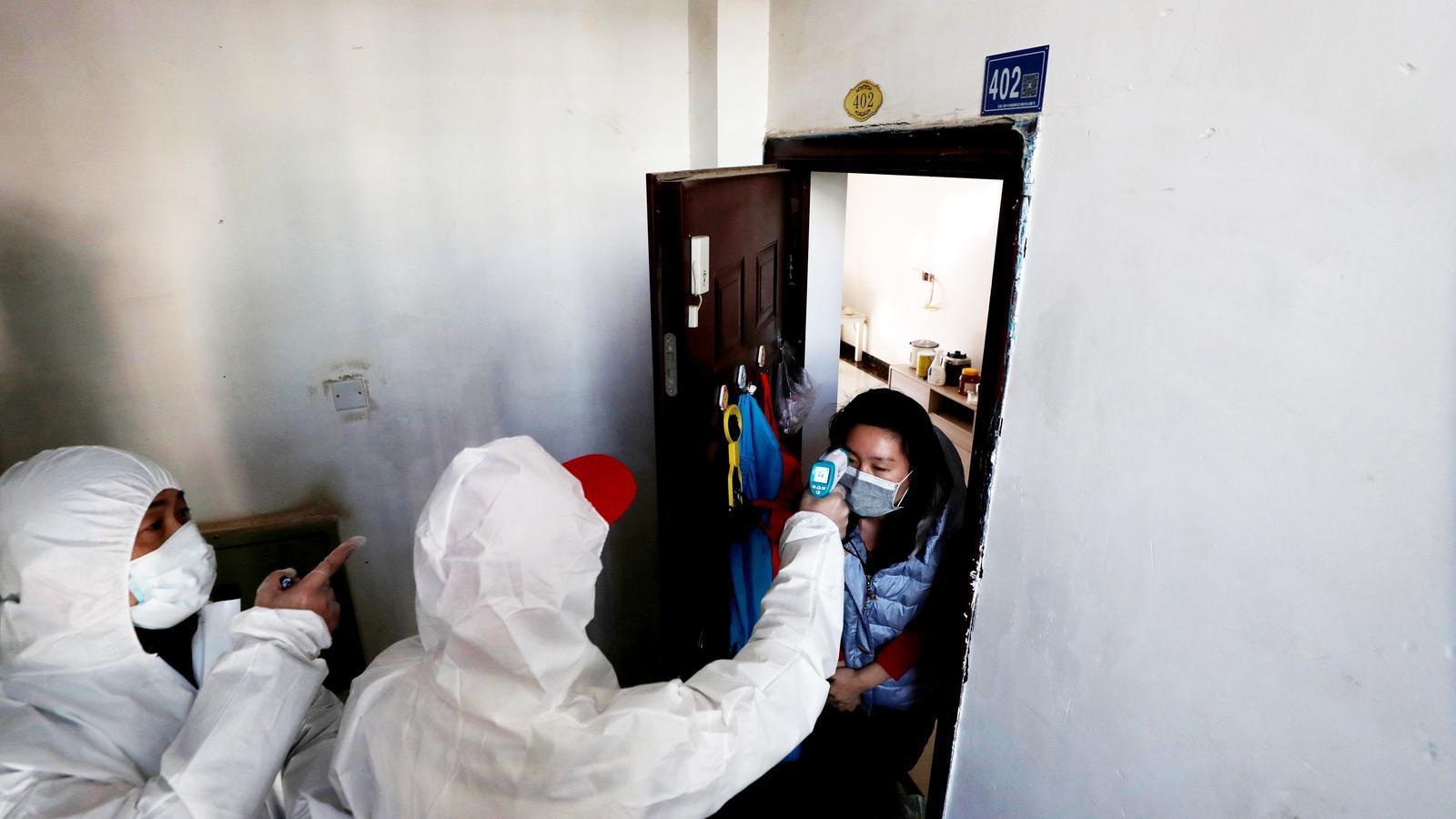 Les autoritats xineses estan endurint les mesures de contenció, amb una nova onada d'inspeccions casa per casa per localitzar persones infectades