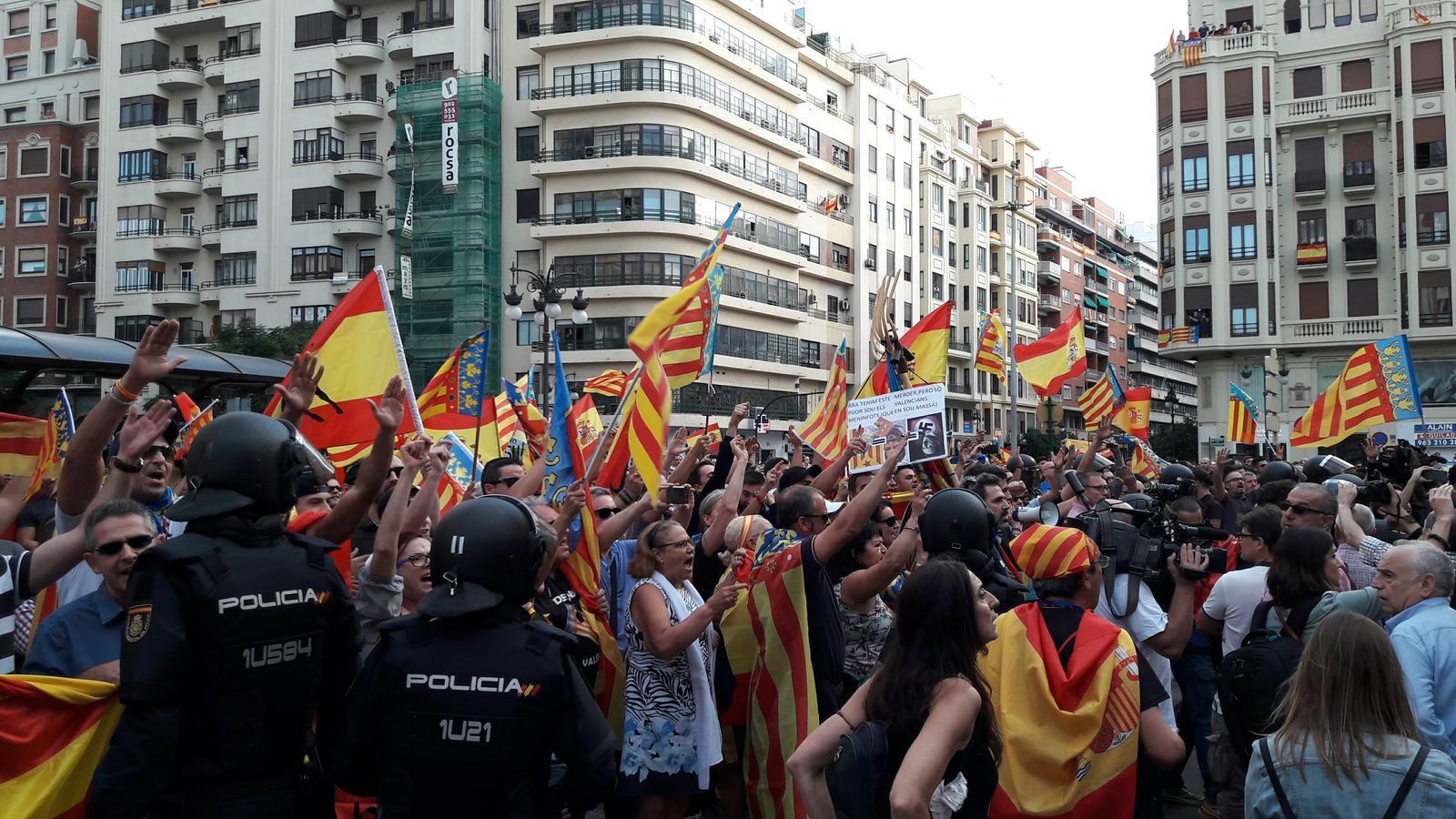 Un dels moments on els seguidors de formacions ultres han dividit la manifestació del Nou d'Octubre.