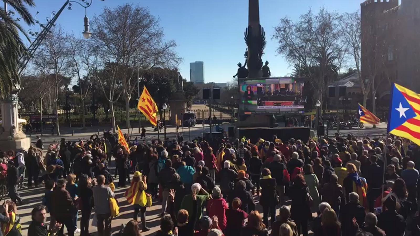 Concentració a les portes del parc de la Ciutadella