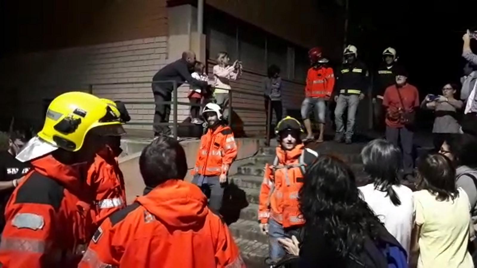 Un grup de bombers catalans reben un grup de bombers del País Basc, a Santa Coloma de Gramenet