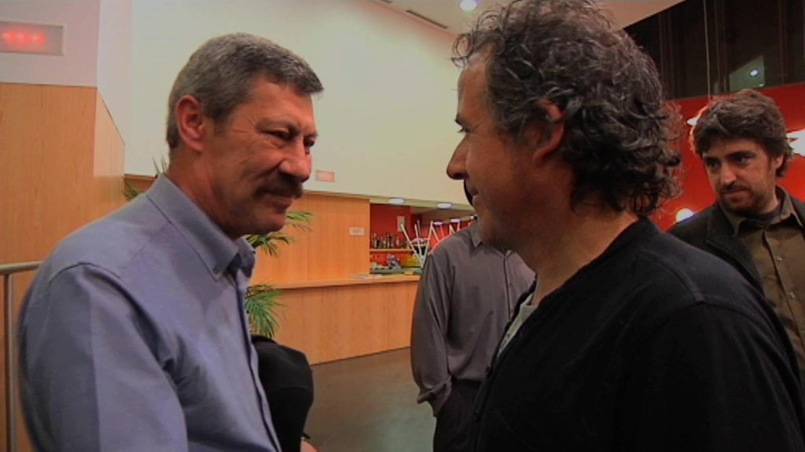 El guàrdia Gálvez parla amb el fotògraf que el va retratar salvant una víctima de la caserna de Vic
