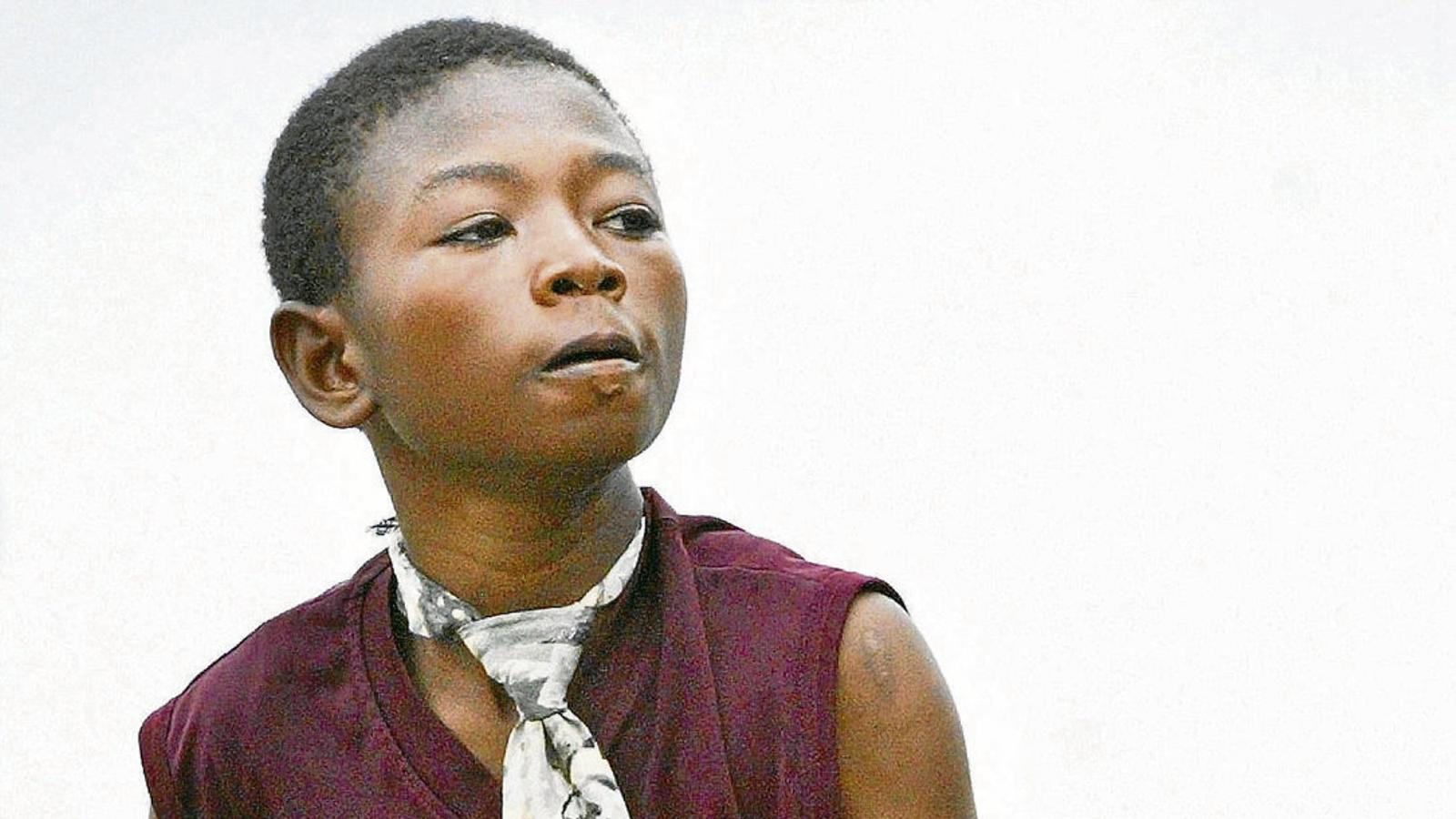 Un nen d'una milícia lleial al govern de Libèria sostenint un Kalàixnikov durant la guerra civil, el 2003.