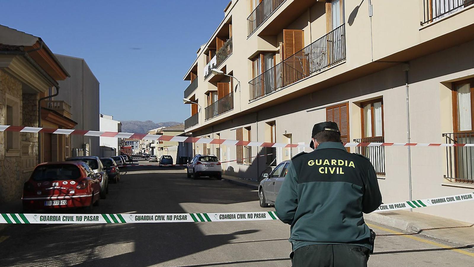 La Guàrdia Civil va mantenir ahir al matí acordonada la zona del carrer de Joan Carles I on va ocórrer el succés.