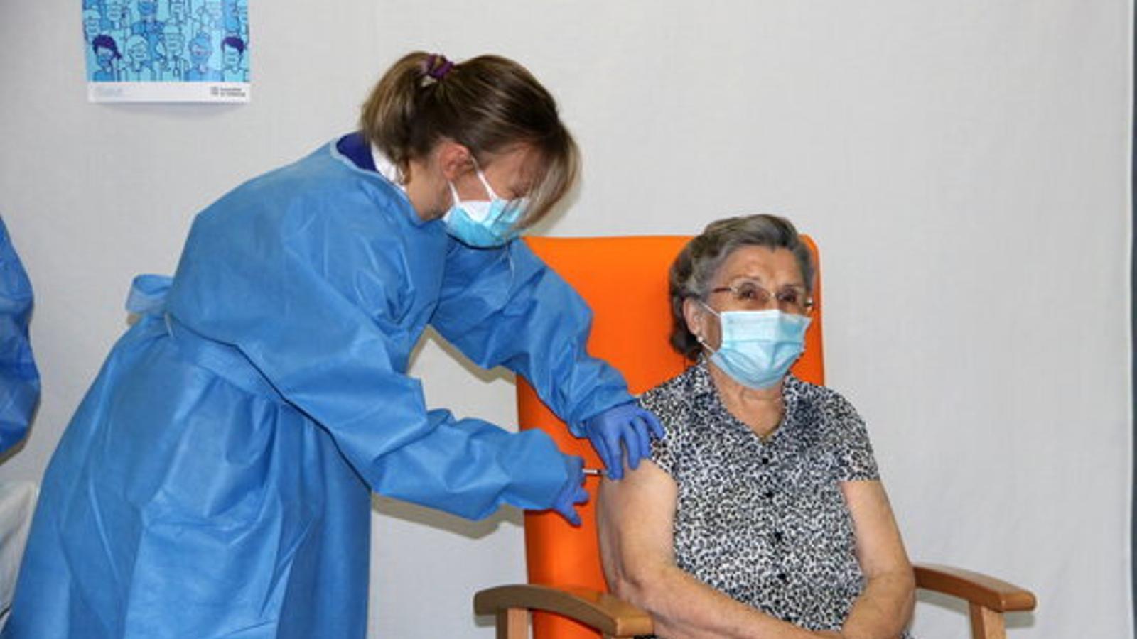 Leocàdia Peña, de 85 anys, primera vacunada de covid-19 a l'Alt Pirineu i Aran / ACN