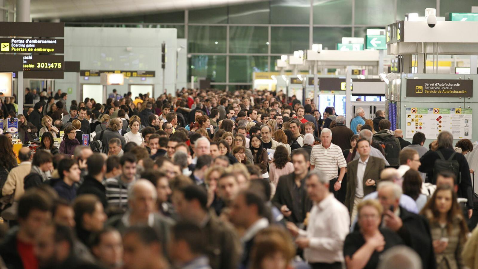 La capacitat màxima de Son Sant Joan és de 34 milions de passatgers l'any, i Aena preveu que el 2025 hi arribin 33.874.100 persones