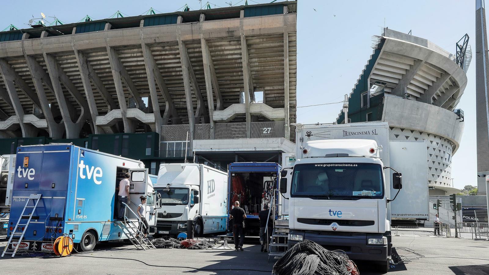Unitats mòbils de TVE al voltant de l'estadi Benito Villamarín, on demà es disputa la final de Copa