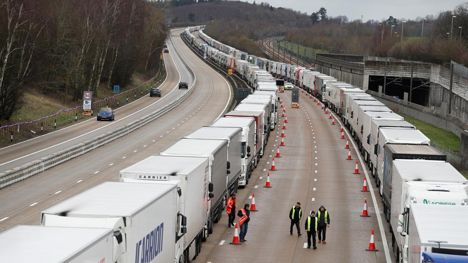 Filera de camions atrapats a Dover.
