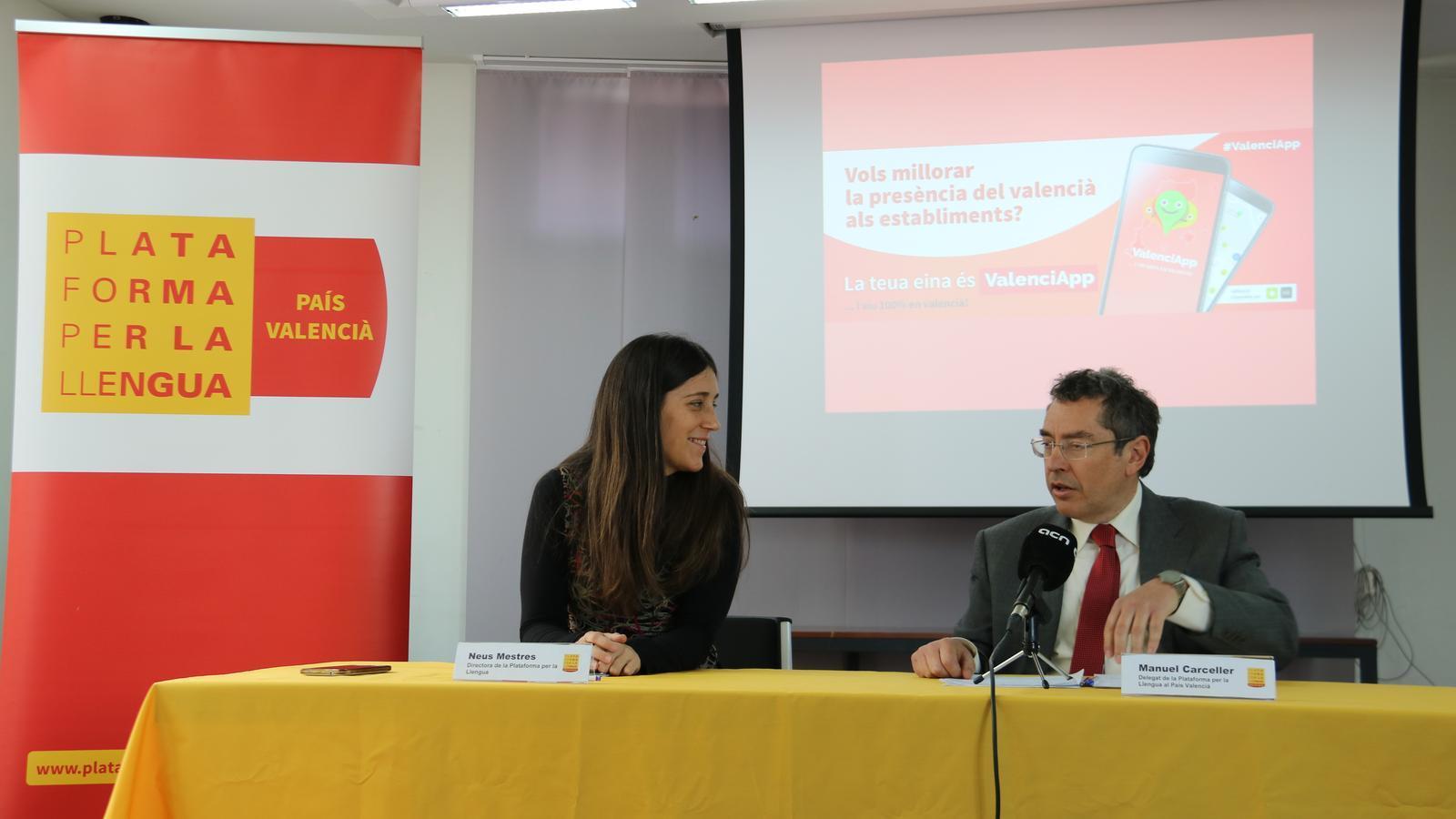 La directora de la Plataforma per la Llengua Neus Mestres i el delegat valencià Manel Carceller durant la presentació de l'aplicació ValenciApp.