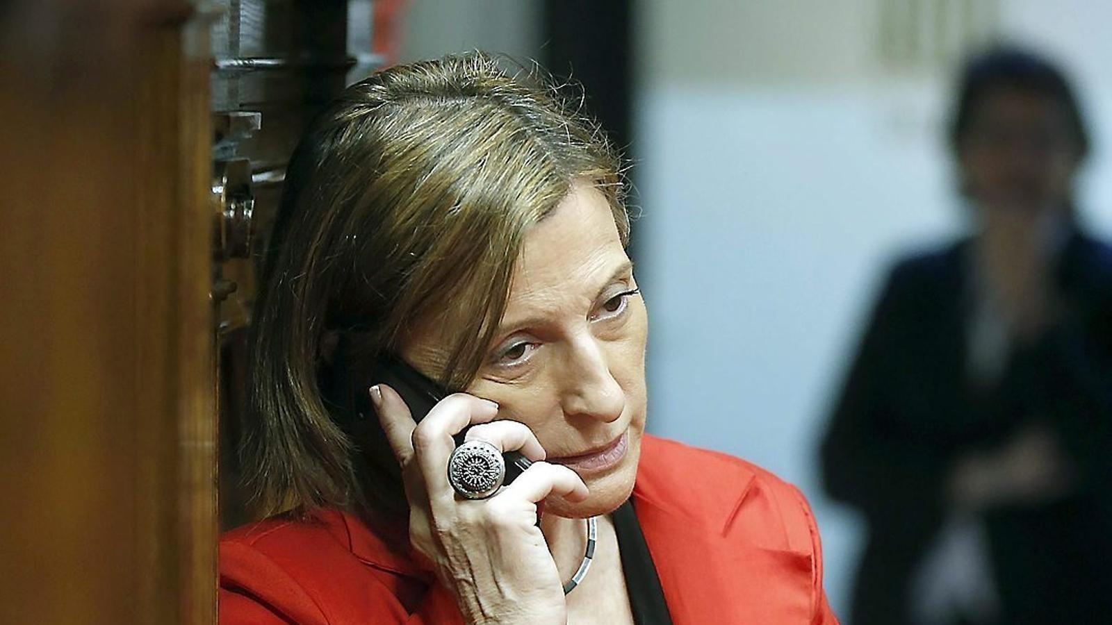 La presidenta del Parlament, Carme Forcadell, parla per telèfon en un moment del ple d'ahir.