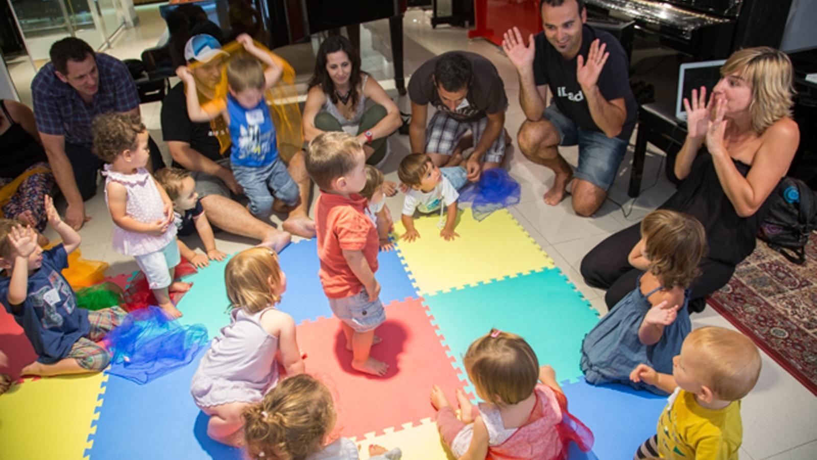 El taller de 'Música compartida' a càrrec de l'especialista en música per a nadons i famílies, Anna Vega. / Fundació ONCA