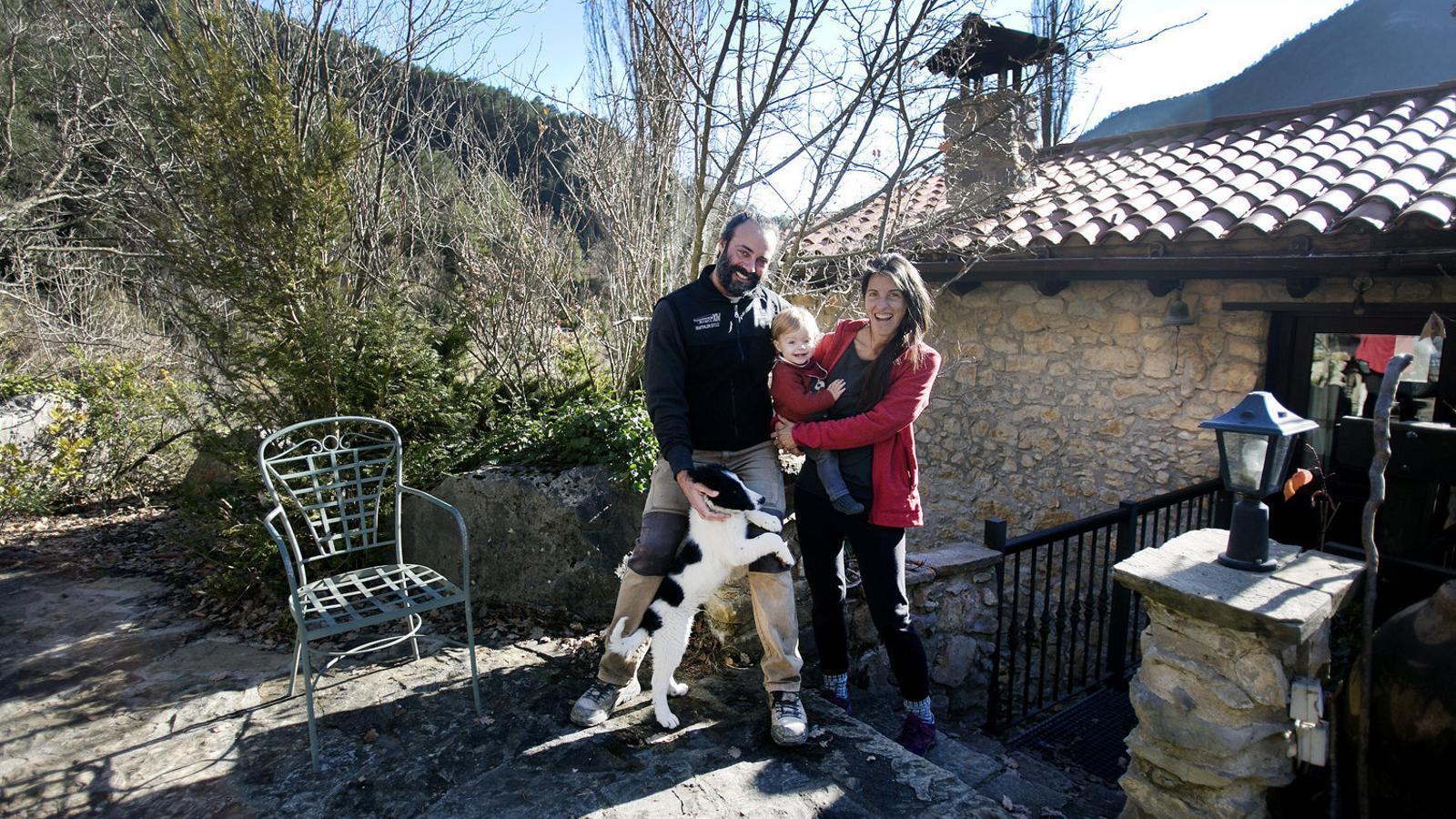 L'Óscar i la Gemma amb el seu fill Kai a la porta de casa seva a Gisclareny