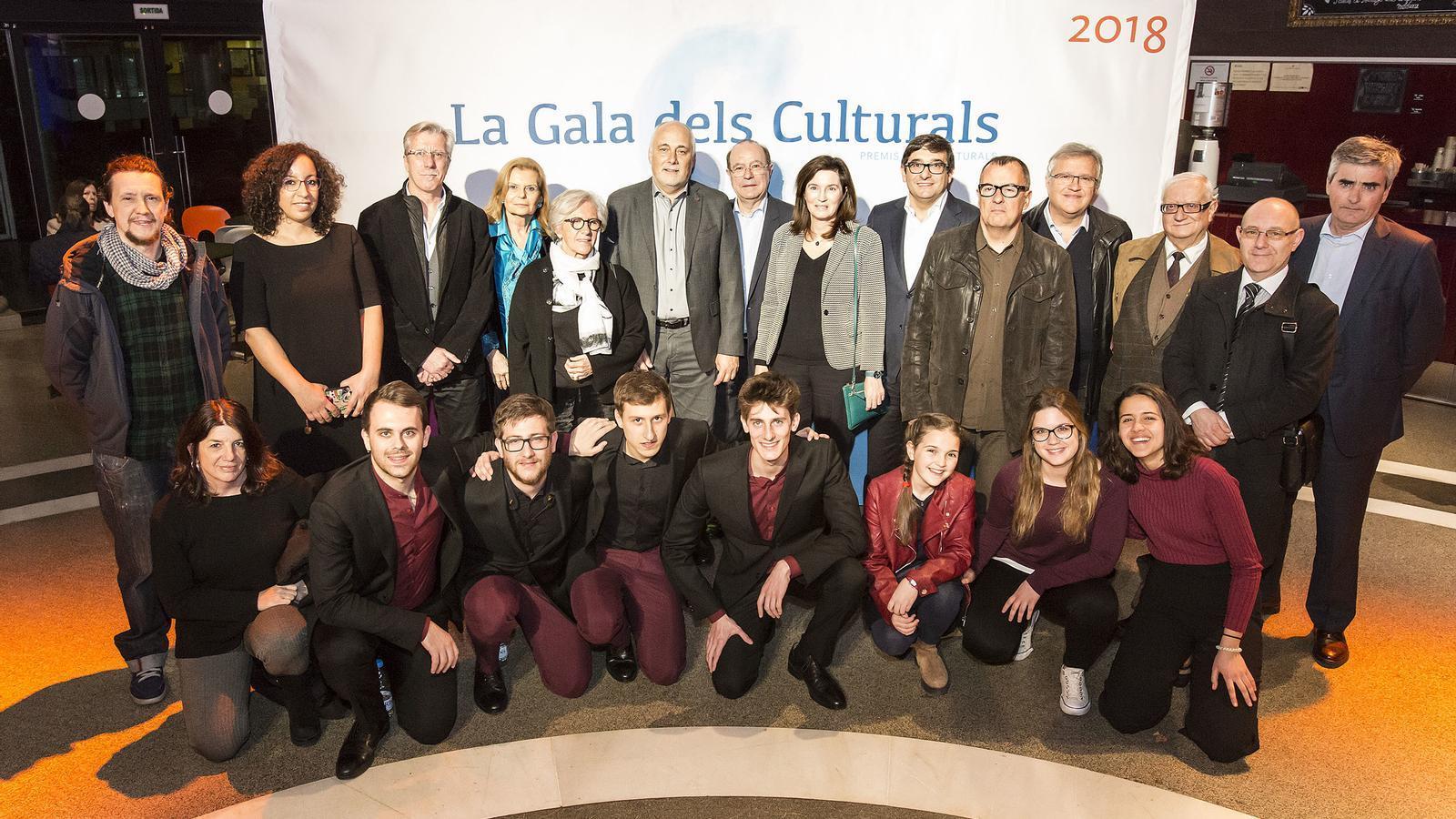 Foto de família dels premiats en les darreres edicions en les diferents disciplines, juntament amb els representants institucionals de BBVA i la FACC