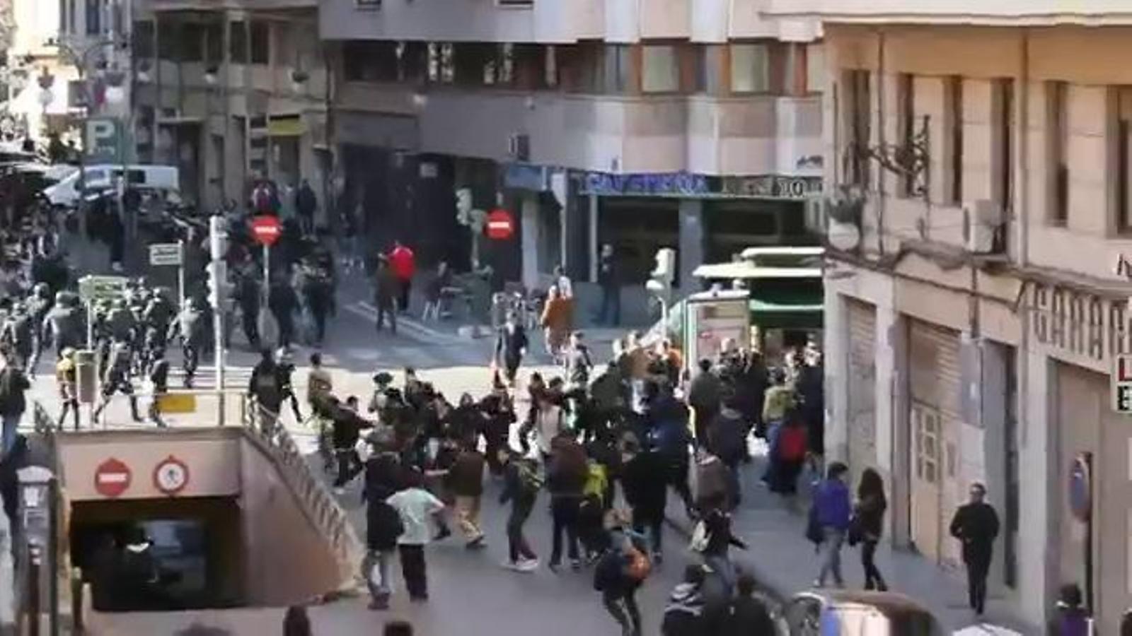 Només són nens!: La policia carrega contra els estudiants a València