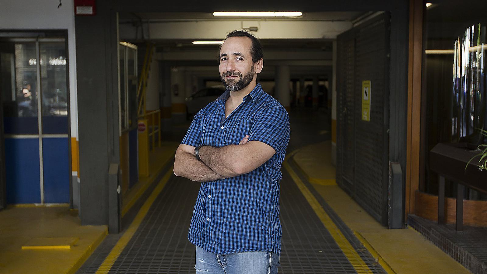 Ricard Fité, a Barcelona, just abans d'emprendre un nou viatge  en moto, en aquest cas per l'Àfrica.