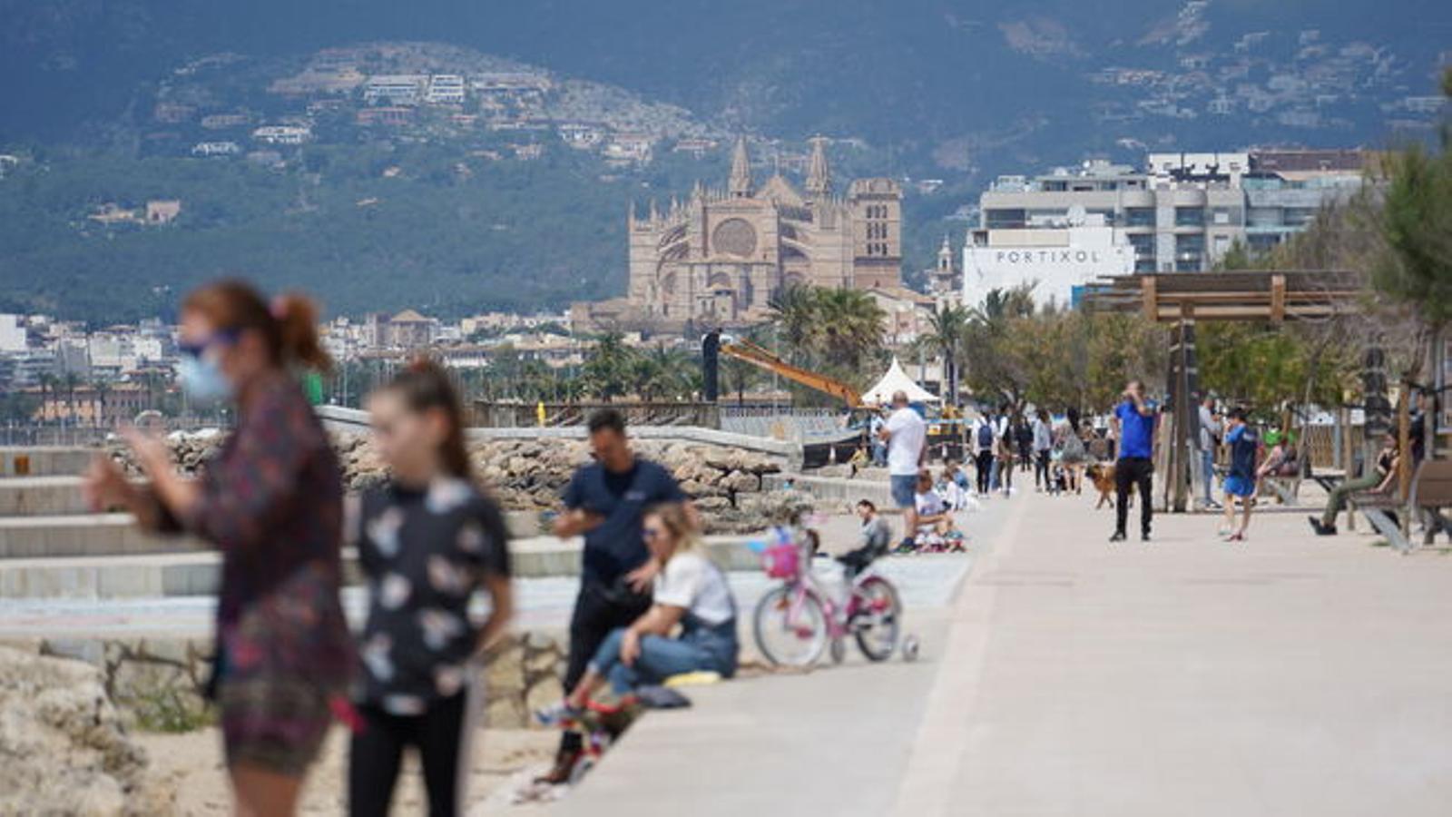 Gent al carrer passejant per Palma. / IRENE PASCUAL