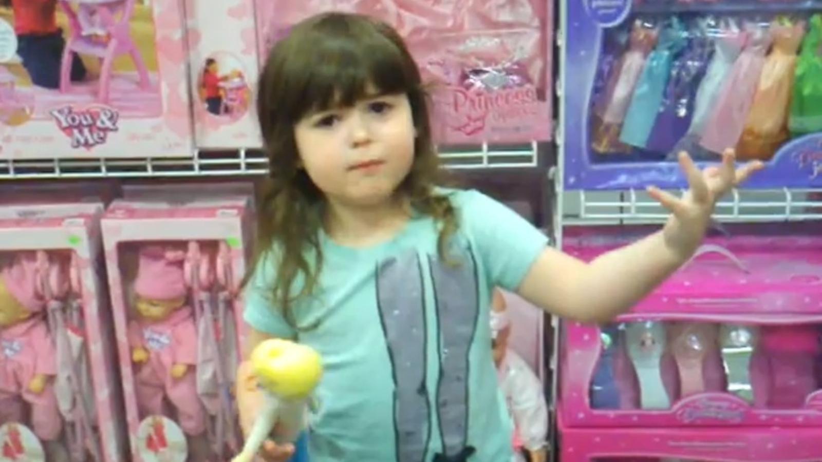 Una nena clama contra el màrqueting de les joguines
