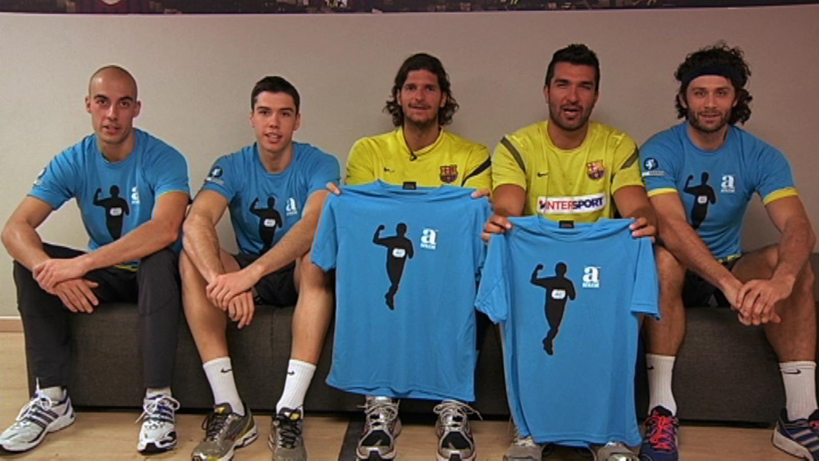 L'equip d'handbol del Barça es posa la samarreta solidària 'Ara correm contra el càncer'