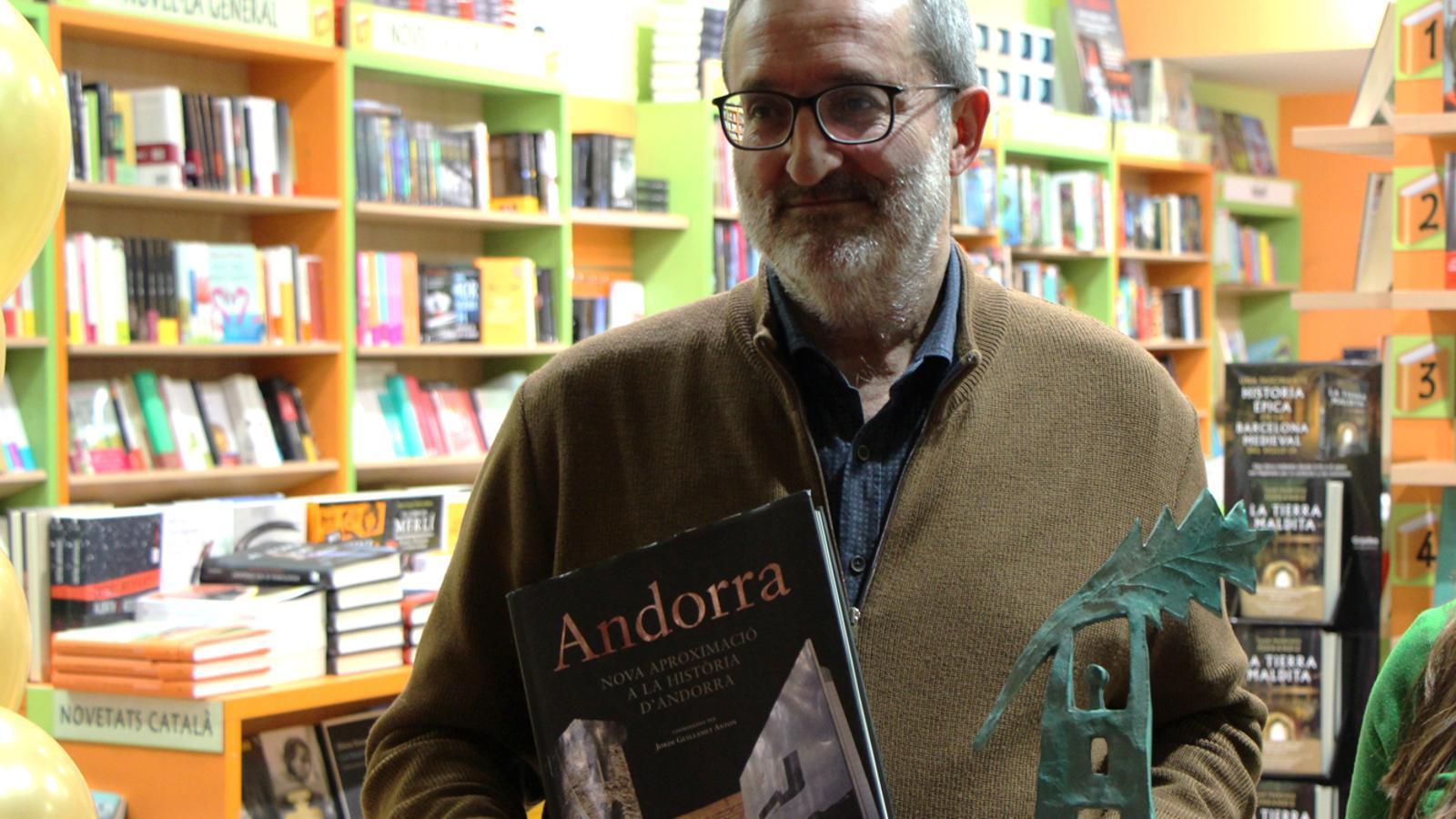 Jordi Guillamet recull el premi atorgat per la llibreria Llibre Idees. / M. M. (ANA)