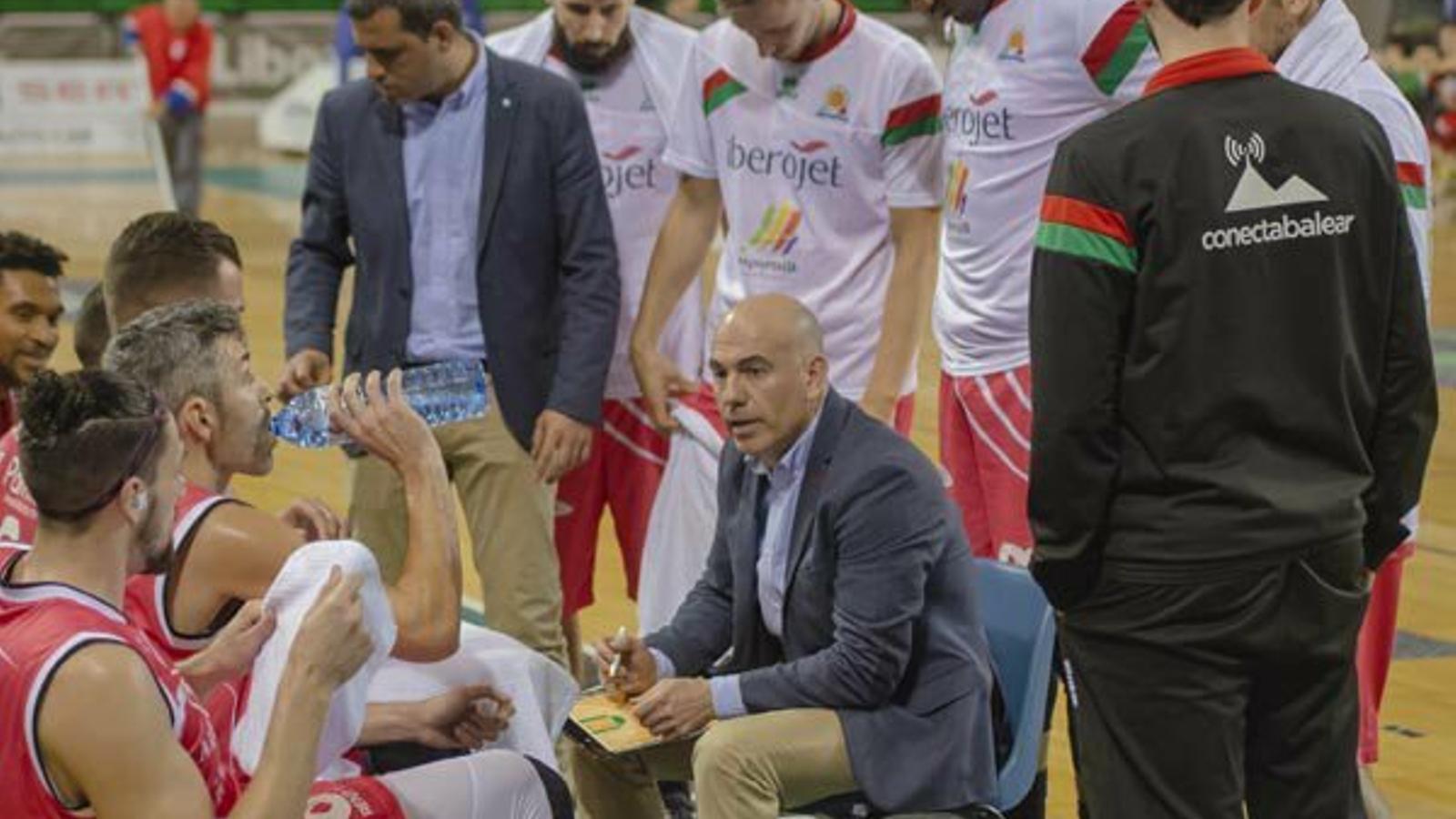 Félix Alonso dona instruccions durant el temps mort d'un partit