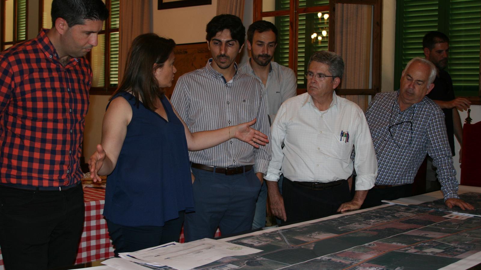 Garrido presentant un avanç del projecte viari el 8 de juny de 2016, vora el batle i regidors d'El Pi.