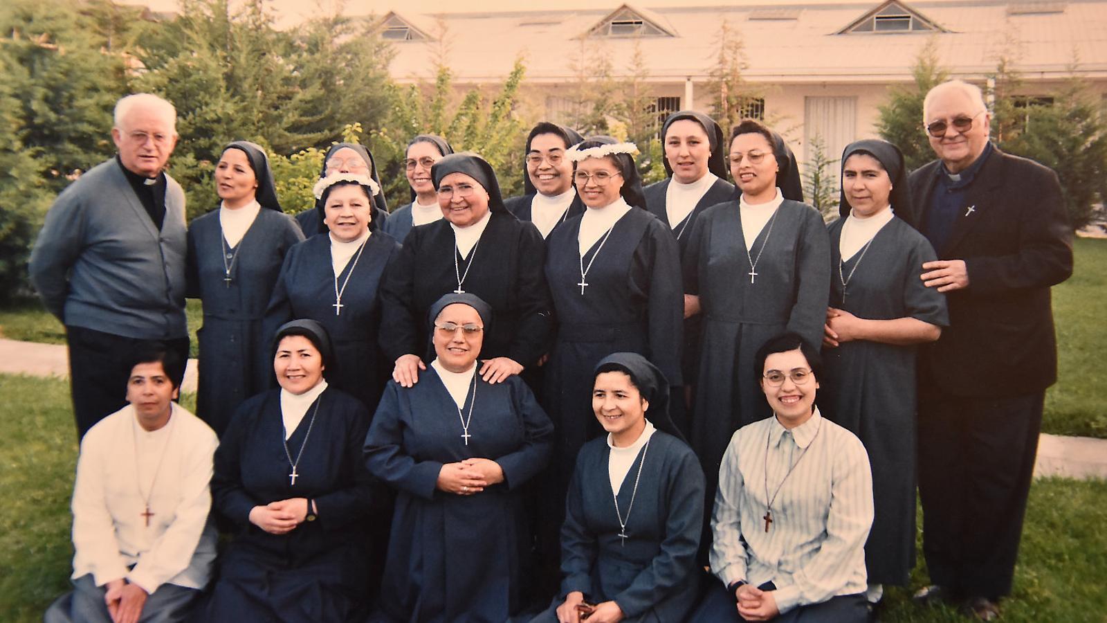 Las Hermanas del Buen Samaritano. El cura de la izquierda de la imagen es el padre Tejerina, acusado de abusos sexuales. La tercera monja de la derecha de la foto, con unas flores en la cabeza, es la hermana Eliana.