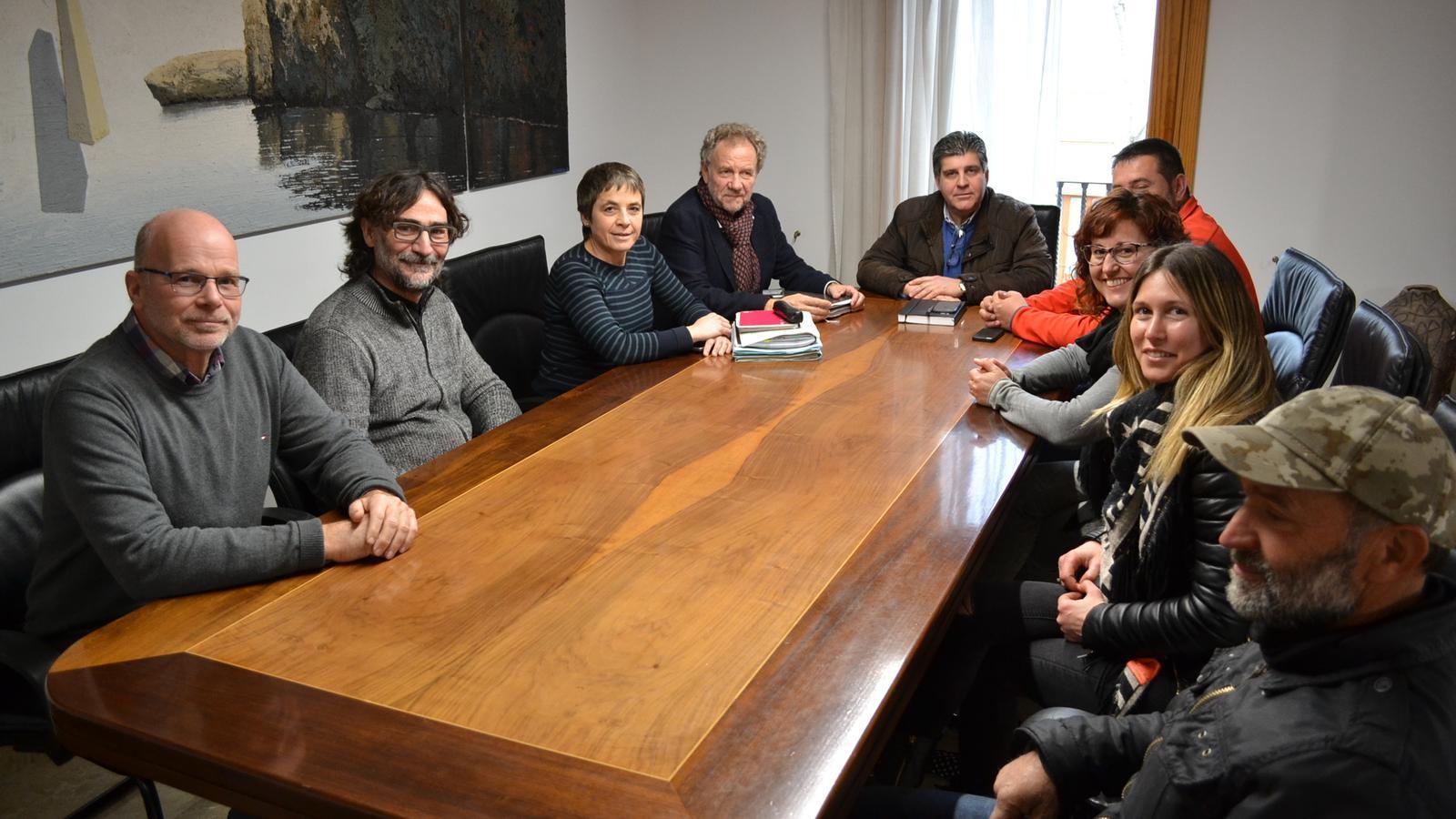 Reunió a l'Ajuntament amb representants municipals i de col·lectius crítics amb el nou projecte energètic.