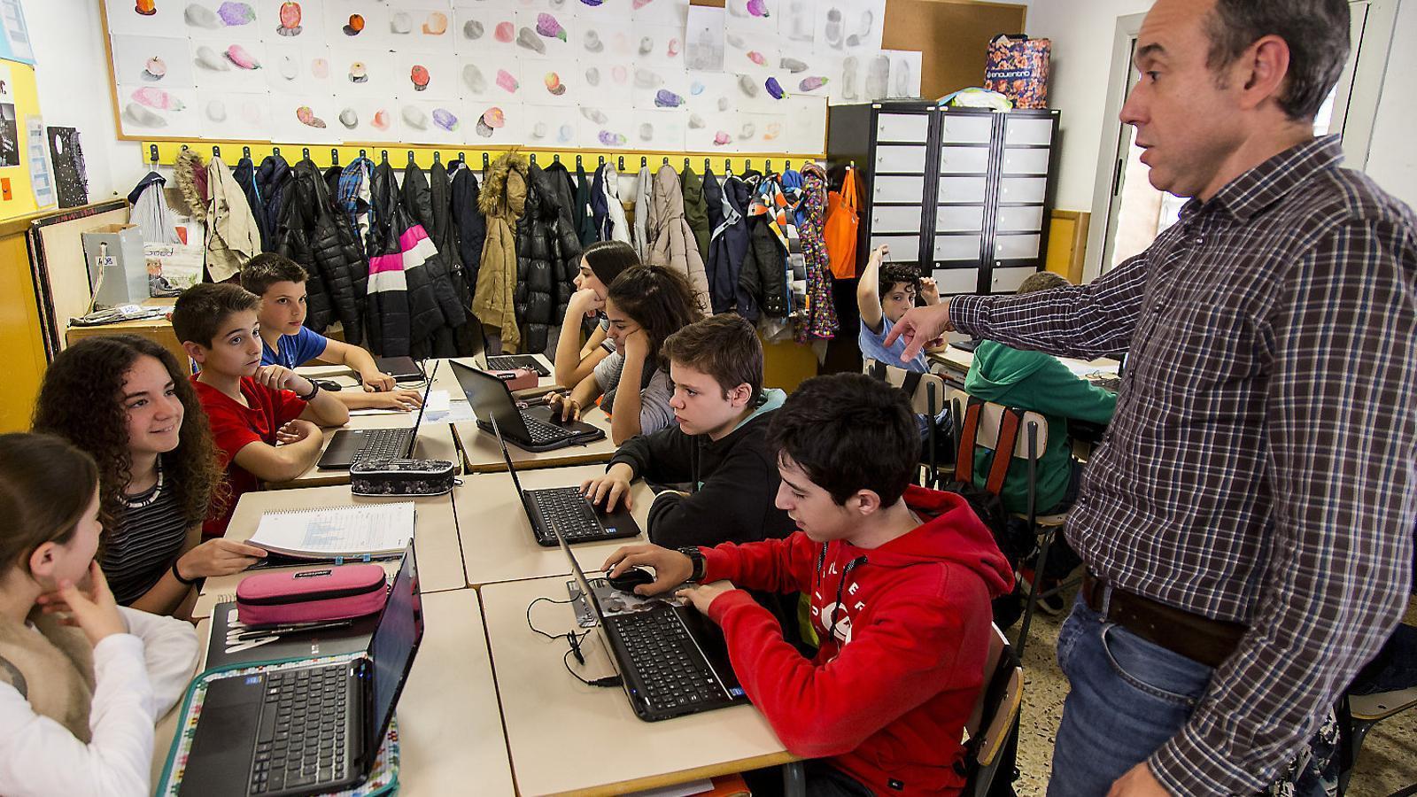Una aula de l'Escola Pia de Granollers. A Catalunya els professors de secundària ara fan 19 hores lectives a la setmana, però els sindicats reclamen que en siguin 18 com el 2010. Els mestres de primària en fan 24, una més que fa vuit anys.