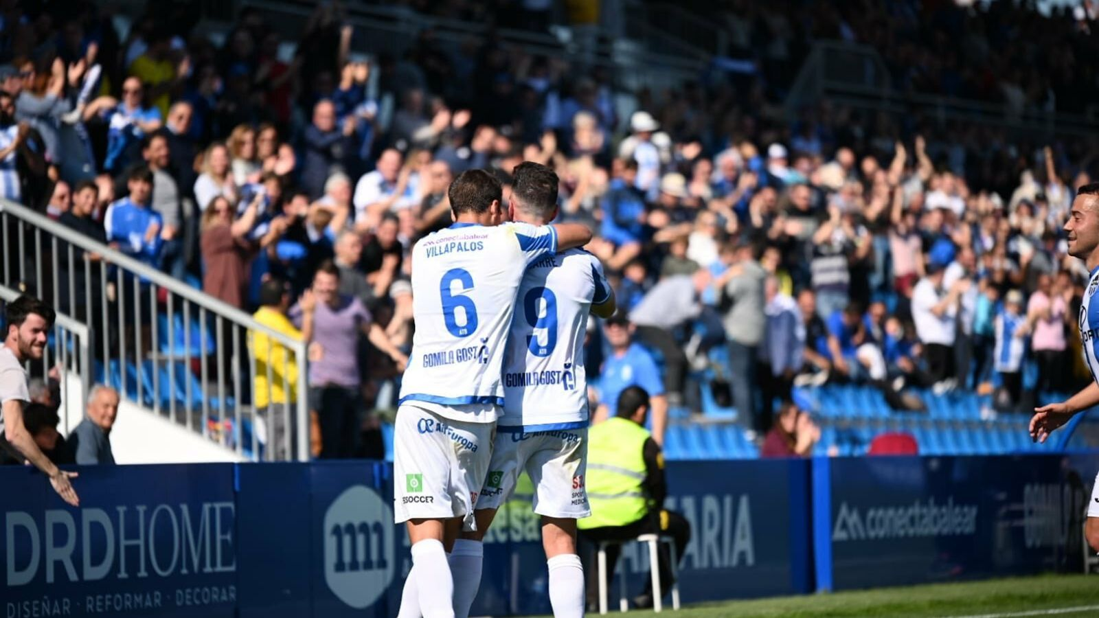 Els jugadors de l'Atlètic Balears celebren el gol anotat per Gabarre.