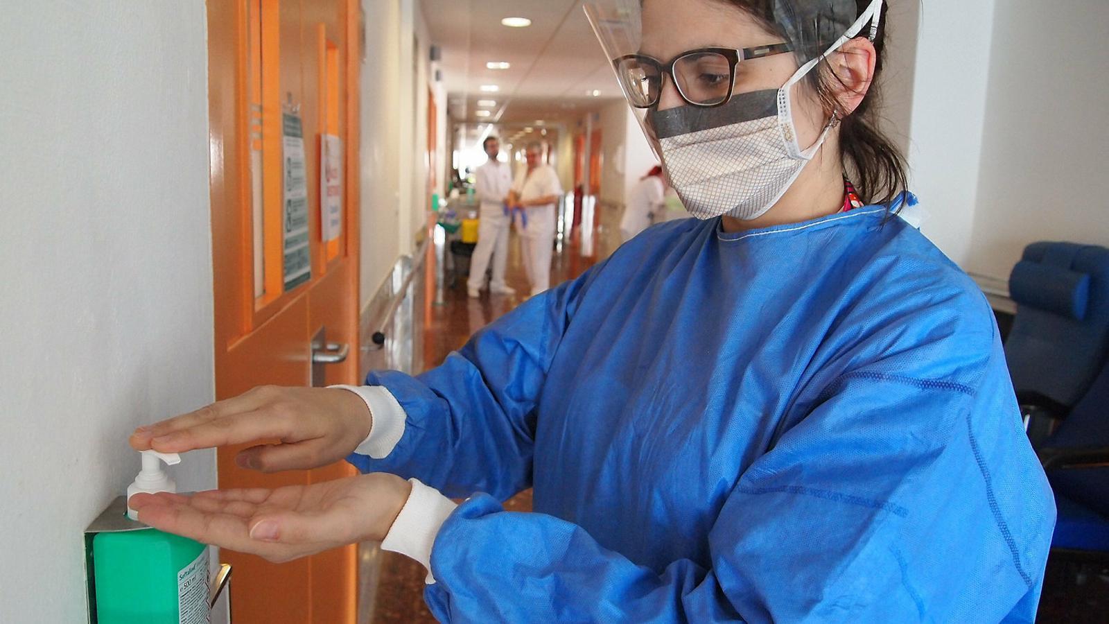 Infermeres de control d'infecció: la feina invisible per protegir els hospitals Els sanitaris denuncien que falta material