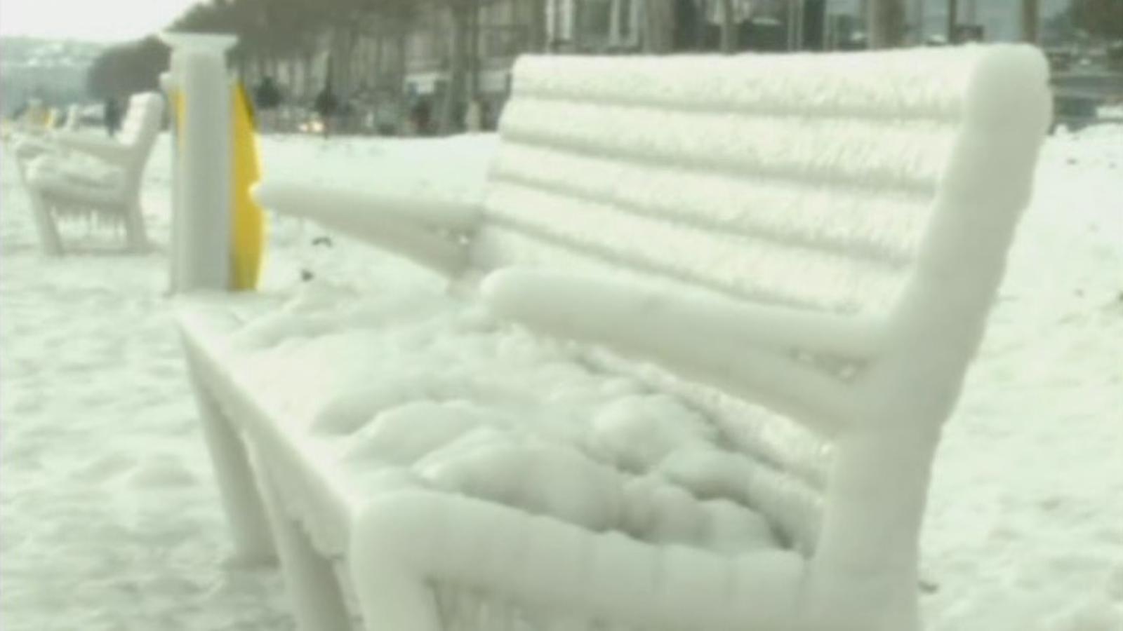 L'onada de fred converteix el llac Leman, a Ginebra, en una escultura de gel natural