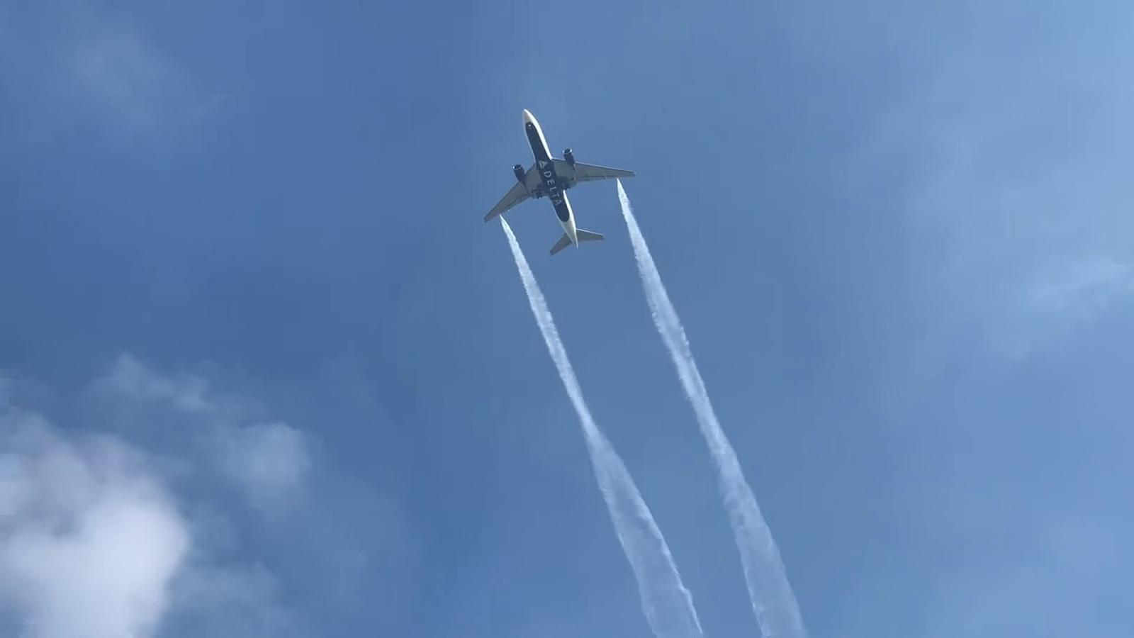 Un avió de Delta Air Lines ruixa amb combustible diverses escoles de Los Àngeles
