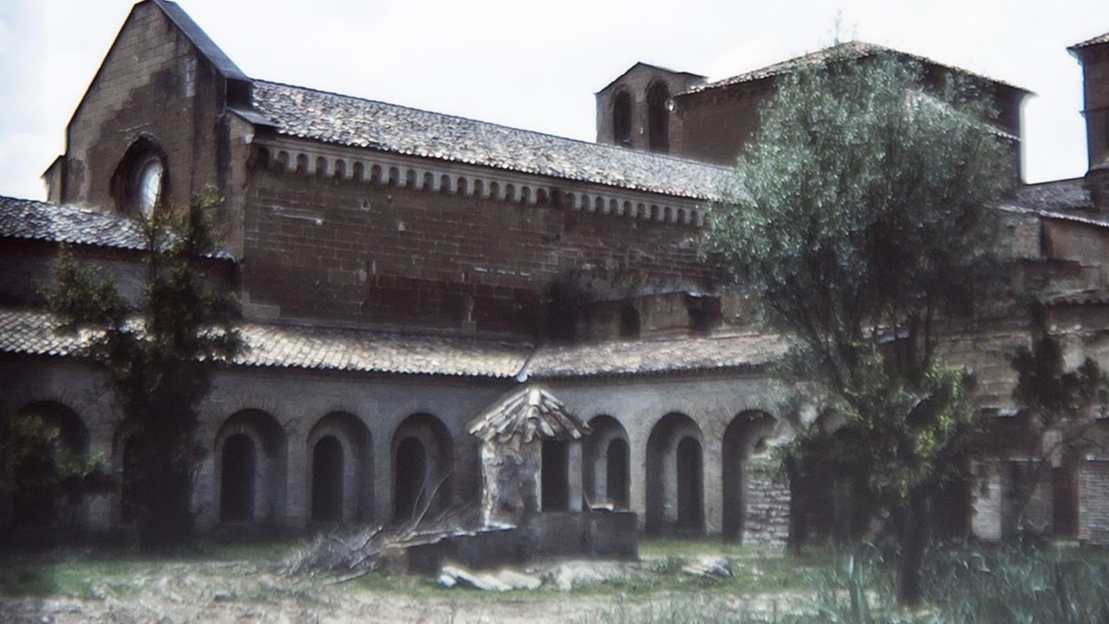 El pati del clastre del monestir de Sixena l'any 1985