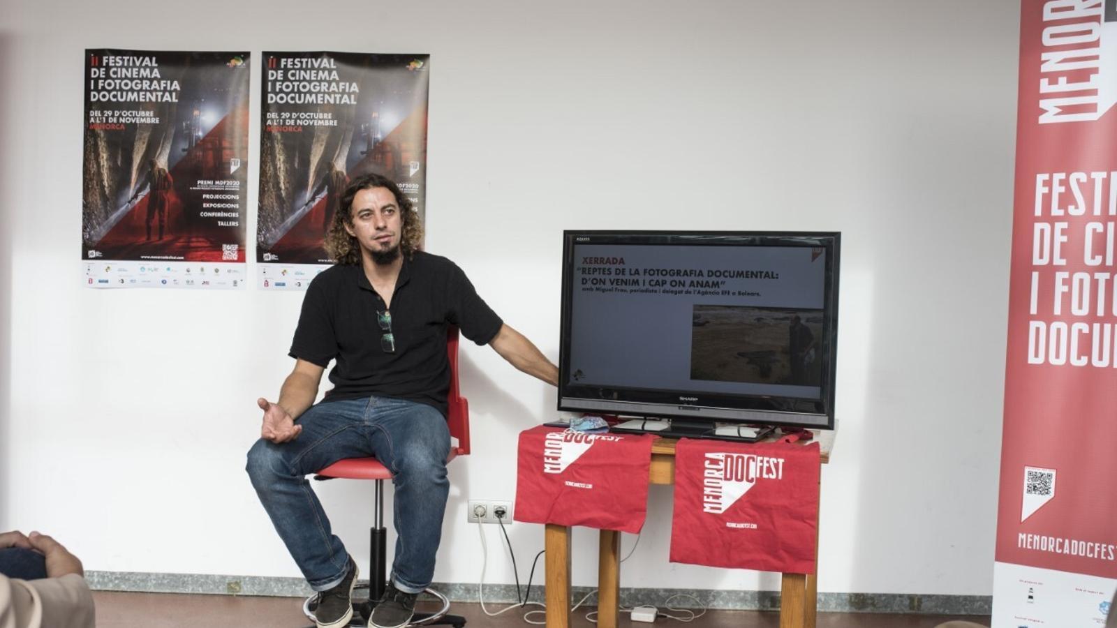 Cristian Pons Coll ha presentat aquest dimecres a la sala multifuncional d'Es Mercadal el programa del Doc Fest.