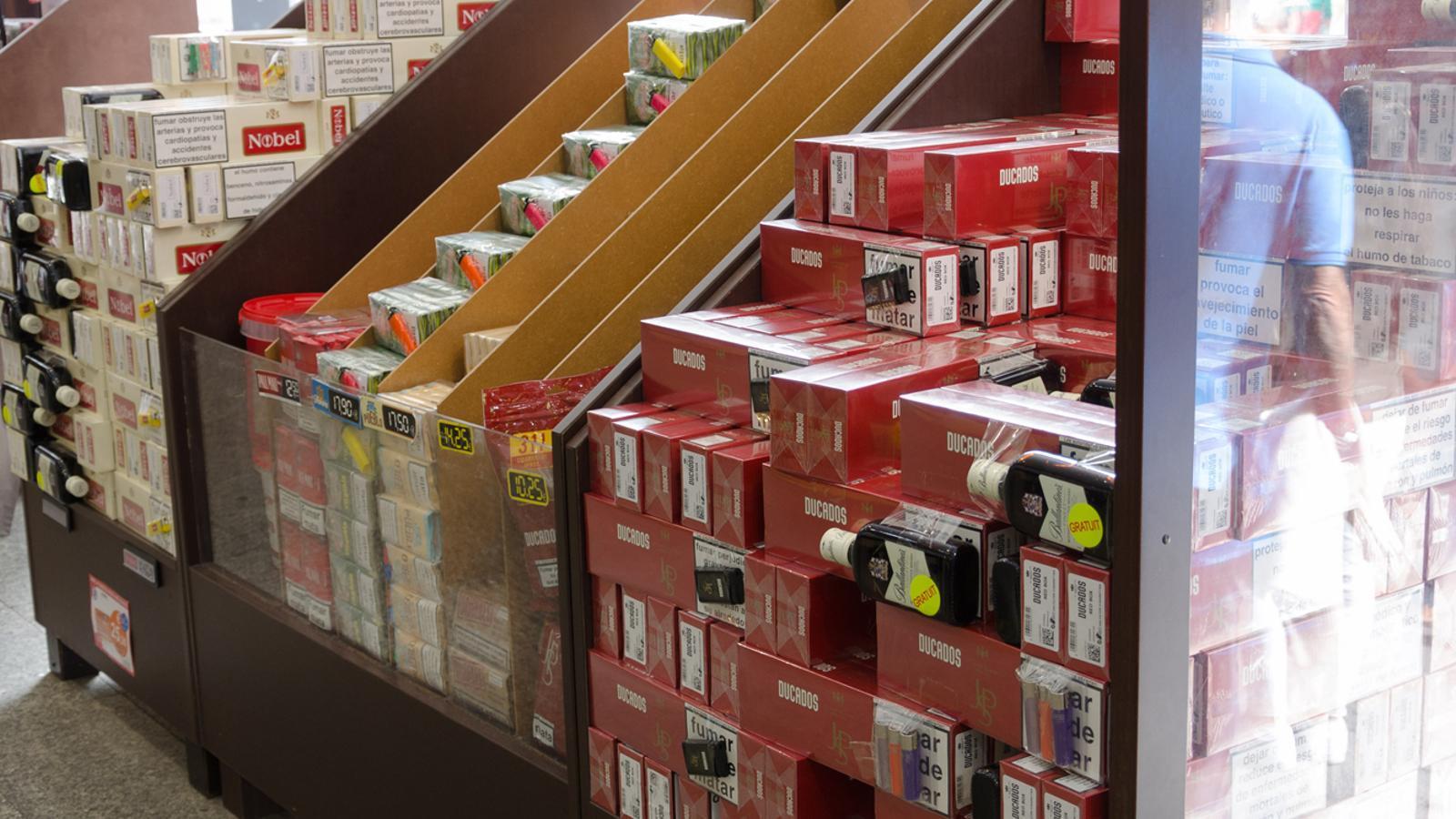 Cartrons de tabac a la venda en un establiment / D. R.