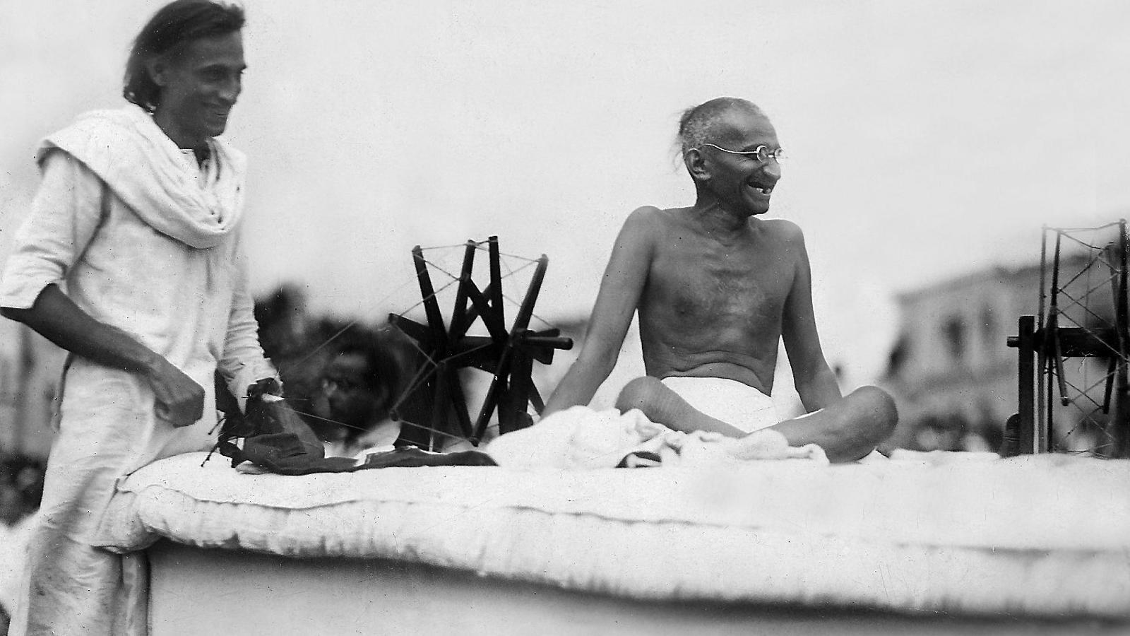 Gandhi, teòric de l'acció cívica i practicant de la ciutadania dissident, en una famosa fotografia del 1928. / GETTY
