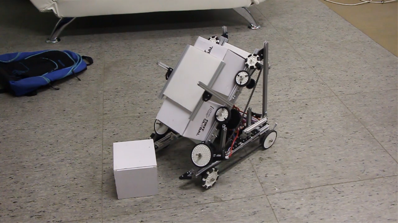 El robot dissenyat per l'equip andorrà en plena acció