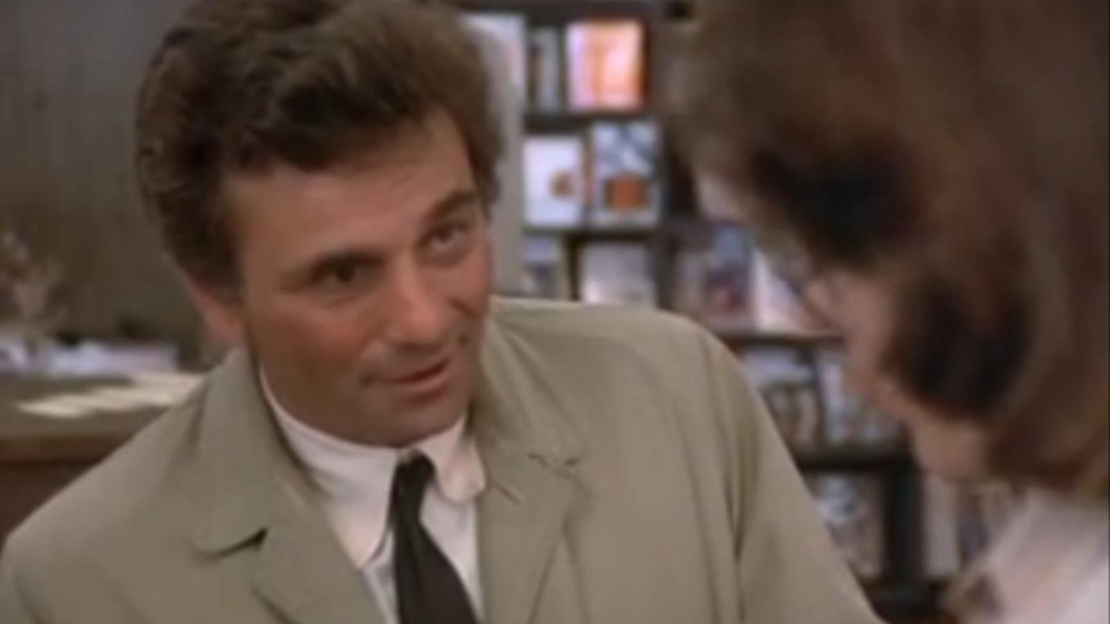 Peter Falk fent de Colombo, en un capítol de la sèrie de TV