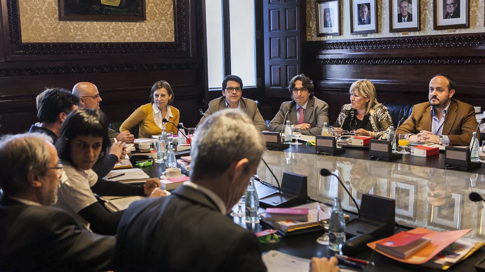 El parlament proposa que els diputats no puguin acceptar for Mesa parlament