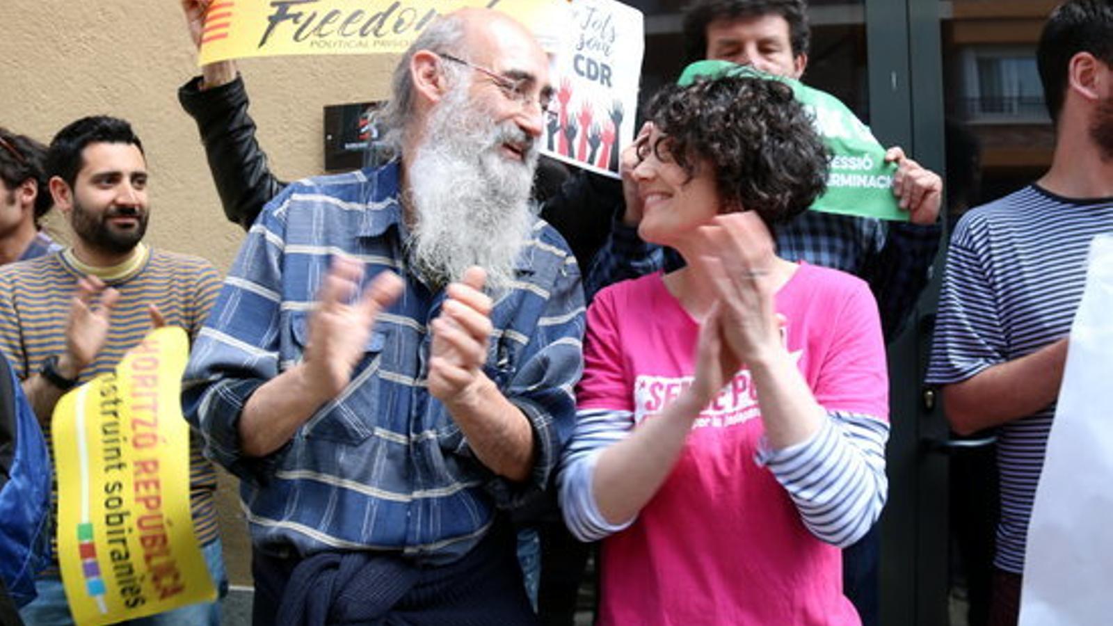 Imatge dels dos regidors de la CUP al Ripollès, Mariona Baraldés i Santi Llagostera, durant la concentració a les portes del jutjat de Ripoll, el passat 26 d'abril