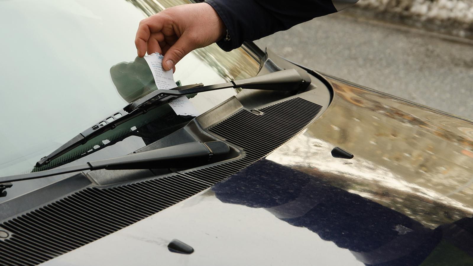 Un agent de circulació sancionant un vehicle. / D. R. (ANA)