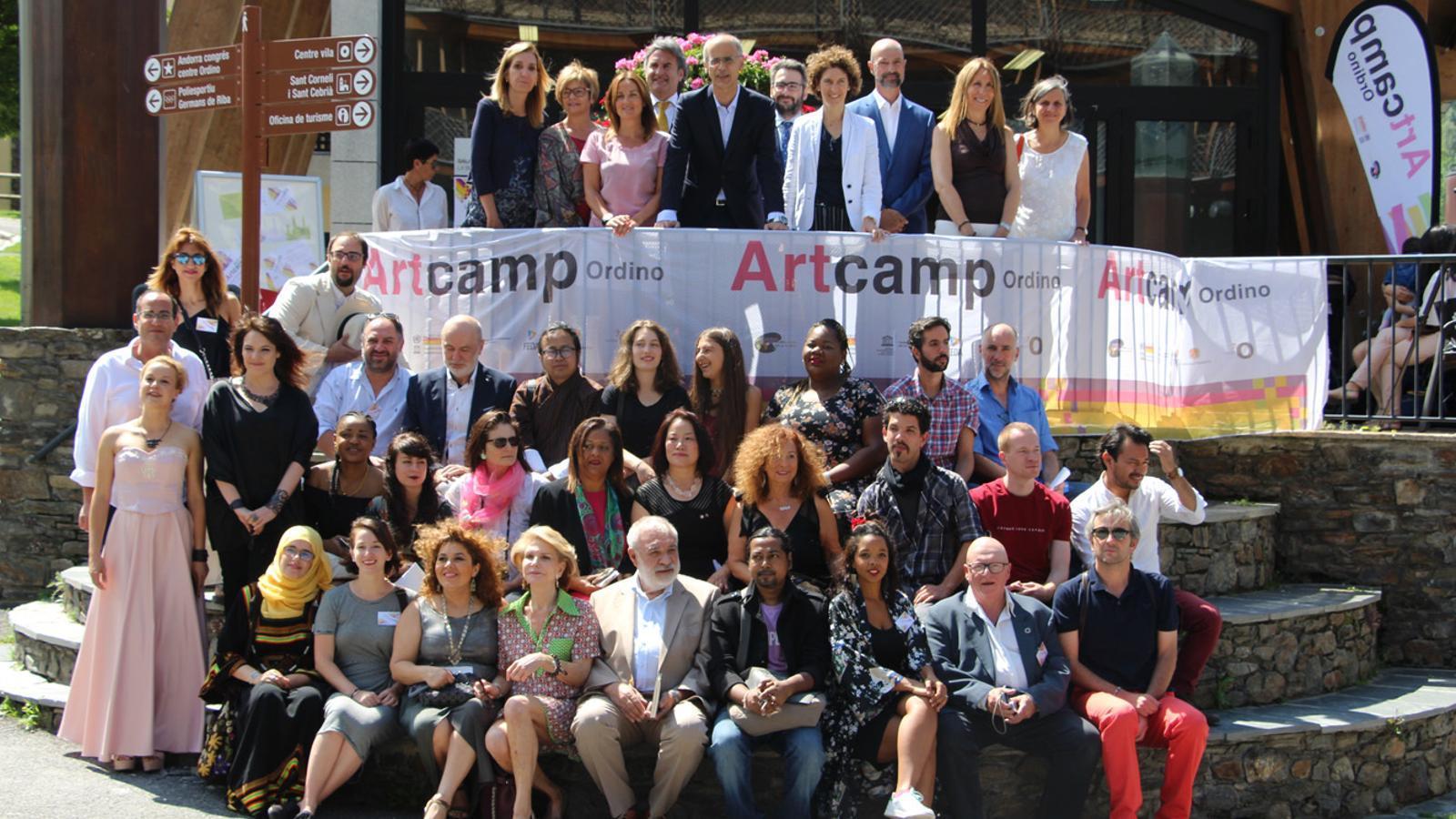 Foto de família de les autoritats i els artistes que han participat al 6è Art Camp, a les escales de la sala la Buna d'Ordino. / L. M. (ANA)