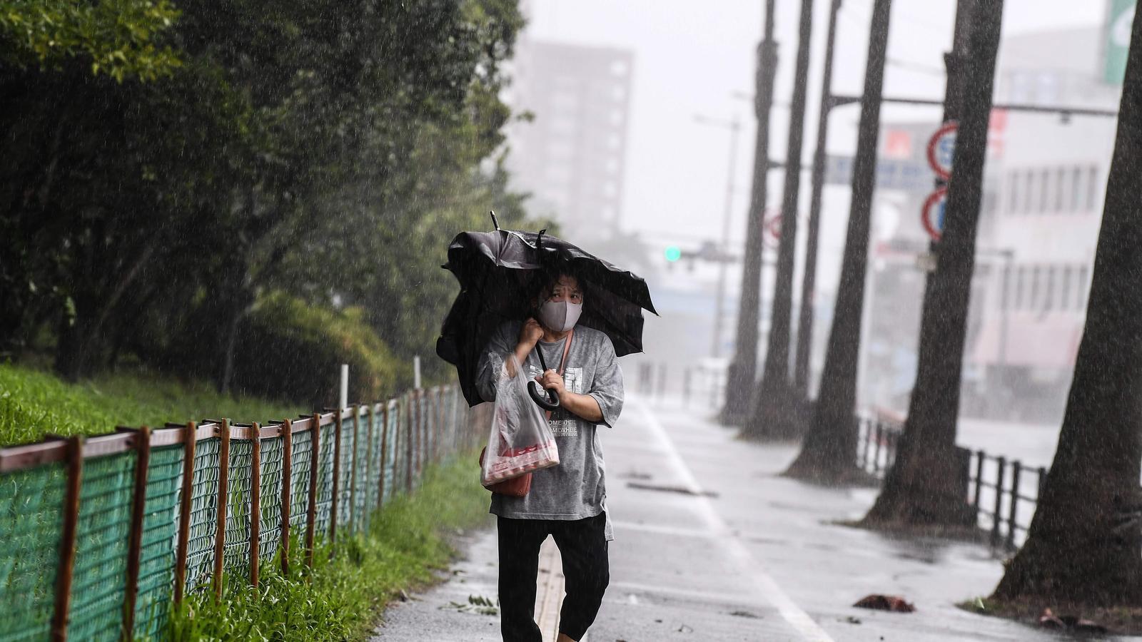 Una dona camina per un carrer de la ciutat nipona de Kagoshima, que les autoritats han sol·licitat que sigui evacuada