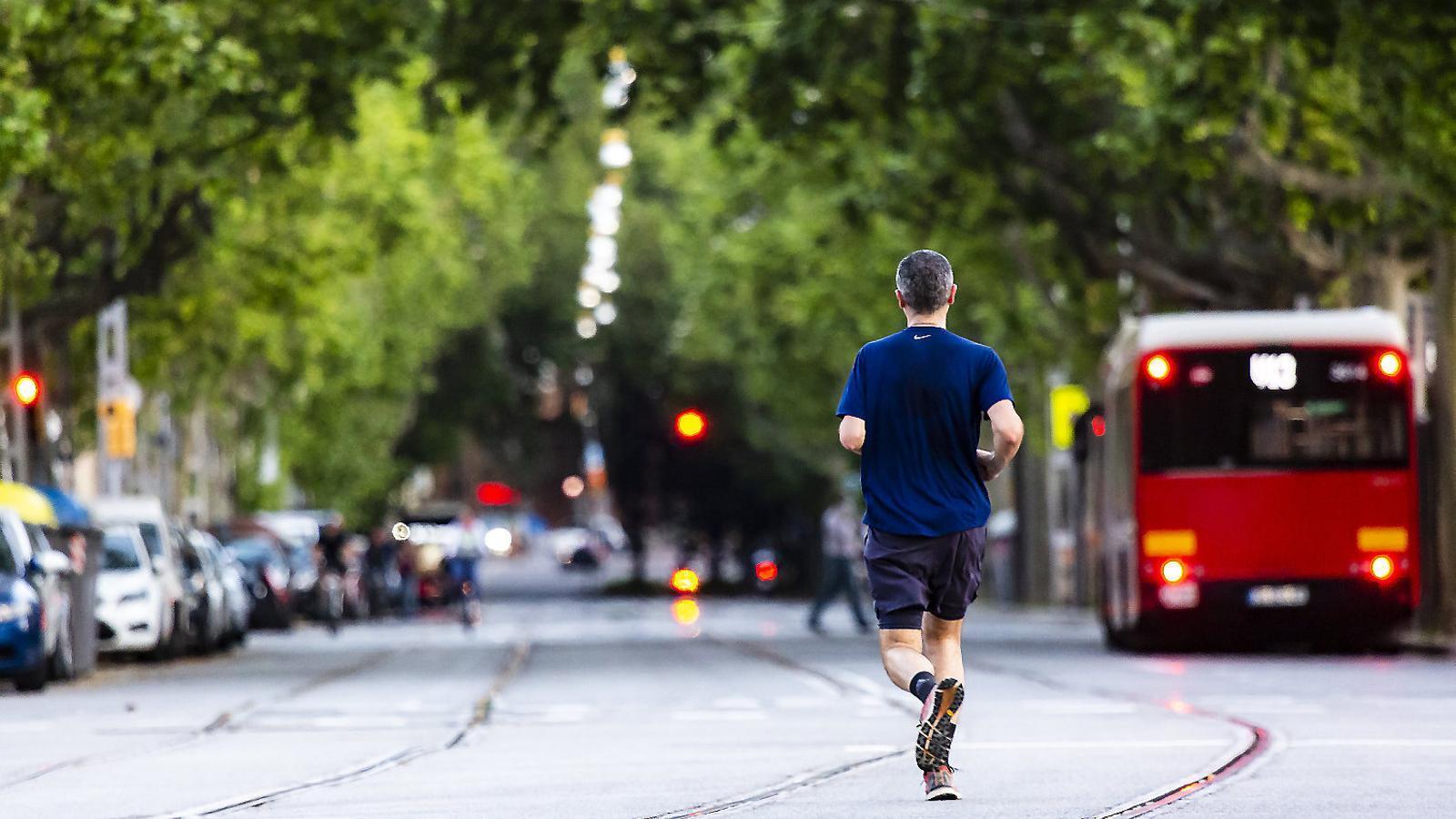 Un home fent esport per l'avinguda Tibidabo de Barcelona durant la franja horària permesa.