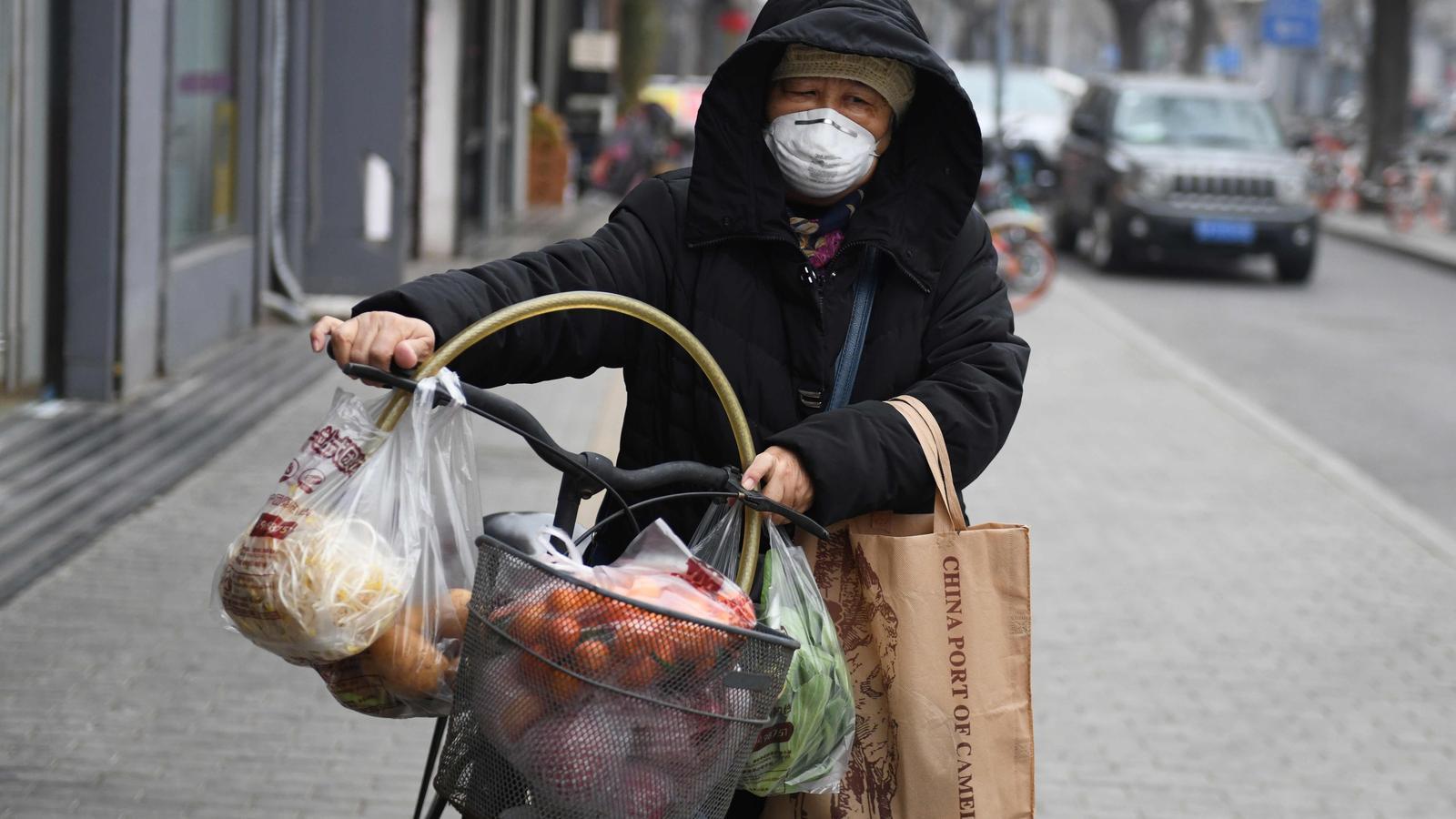 Una dona amb mascareta per protegir-se contra el coronavirus, COVID-19, a Pequín
