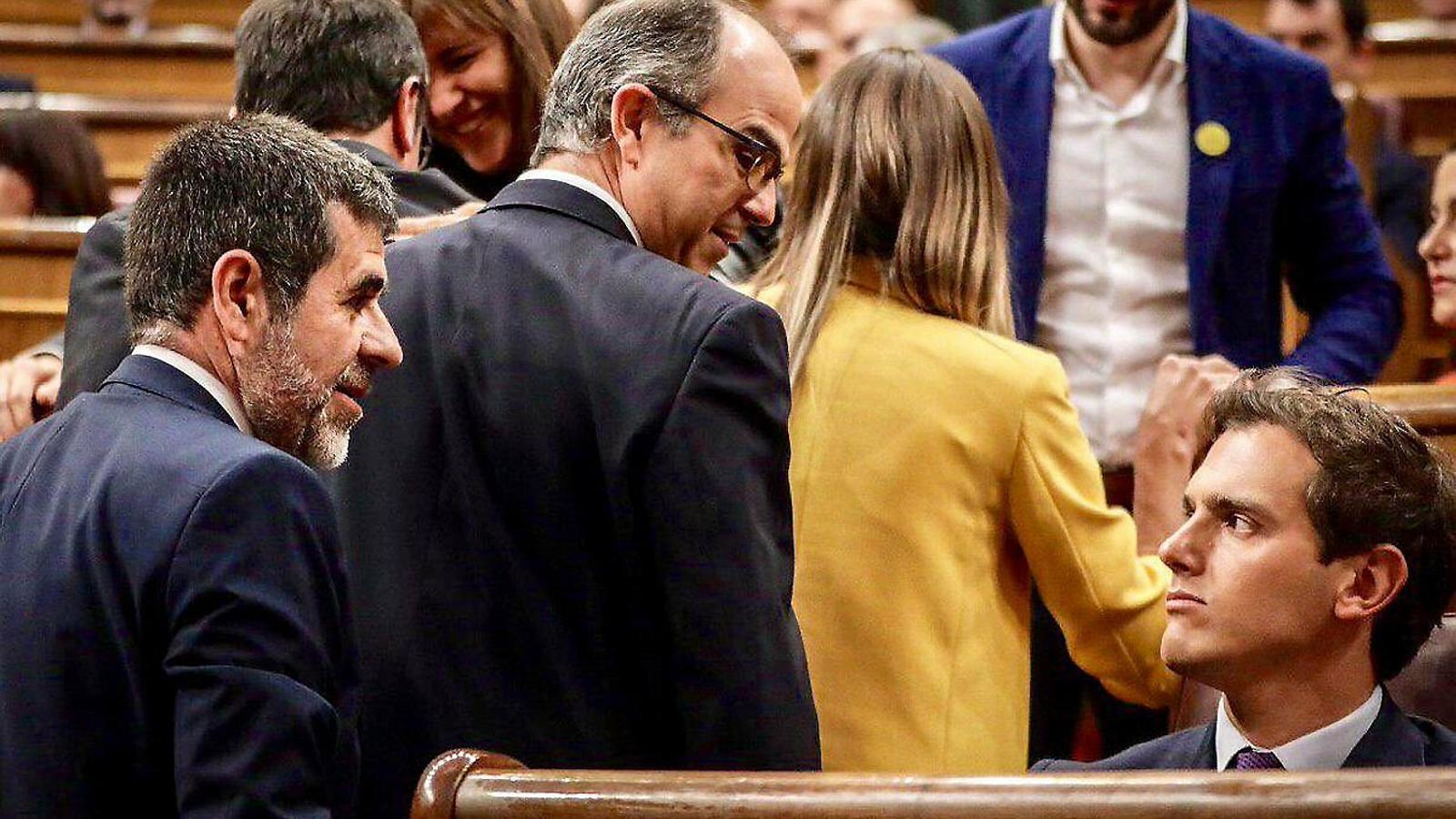 Jordi Sànchez i Jordi Turull observant un molest Albert Rivera, ahir  al Congrés.